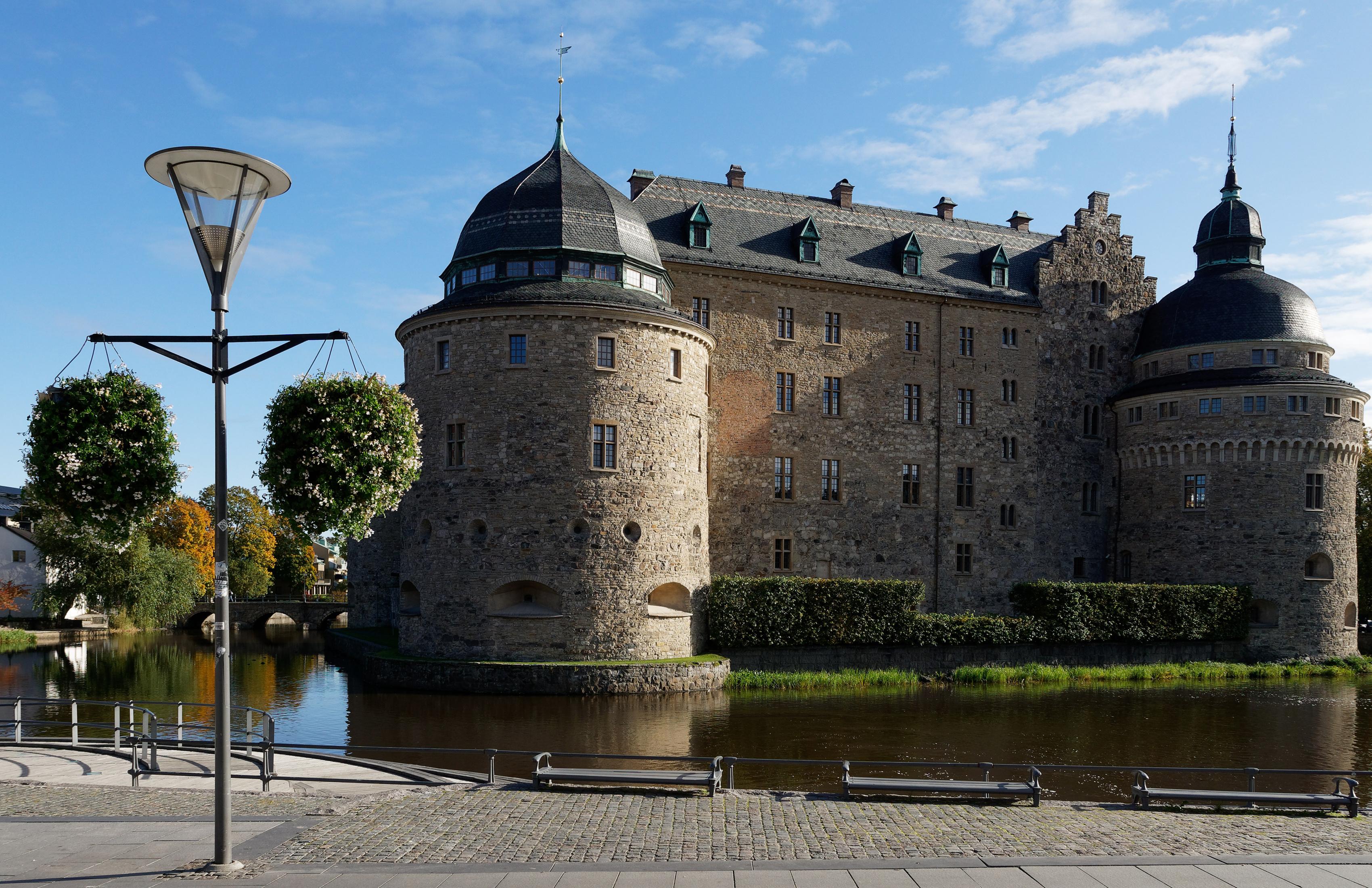 Обои для рабочего стола Швеция Orebro Castle Замки Пруд Уличные фонари город замок Города