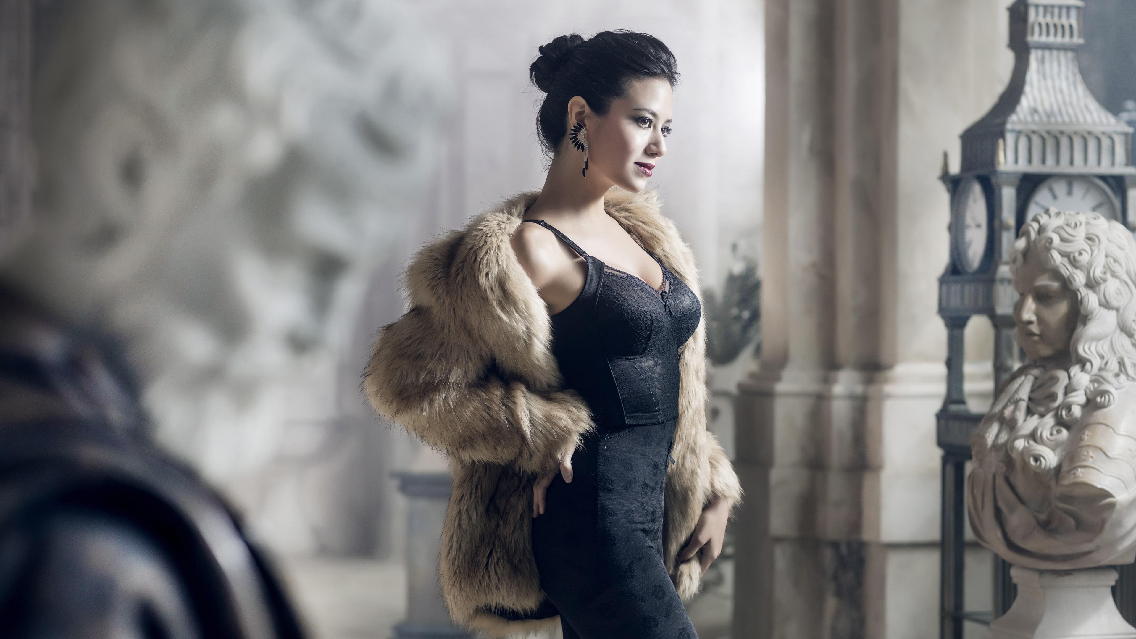 Фотографии брюнетки шубе позирует молодые женщины Скульптуры платья Брюнетка брюнеток Шуба шубой Поза девушка Девушки молодая женщина скульптура Платье