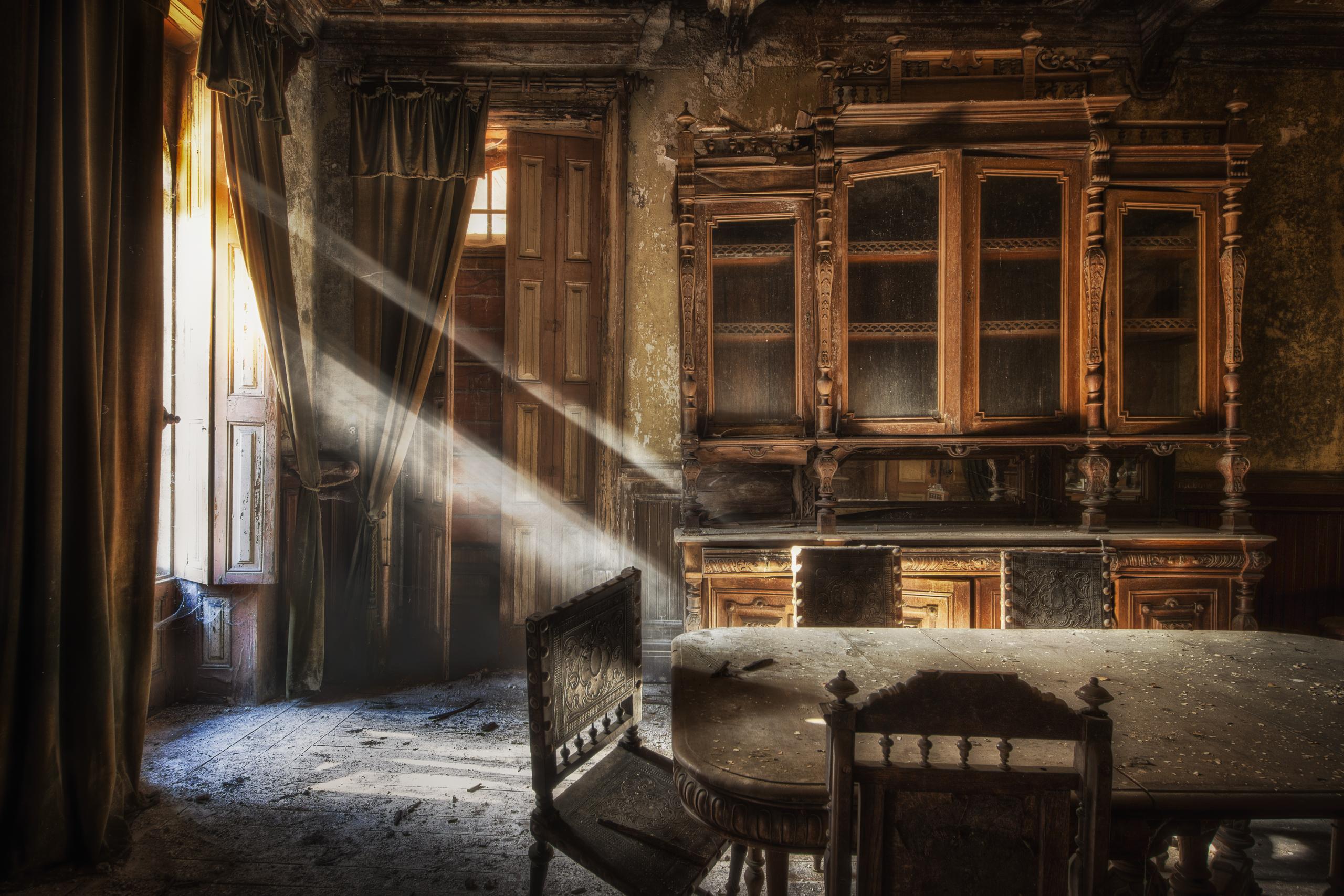 Дом старый комната окно листья без смс