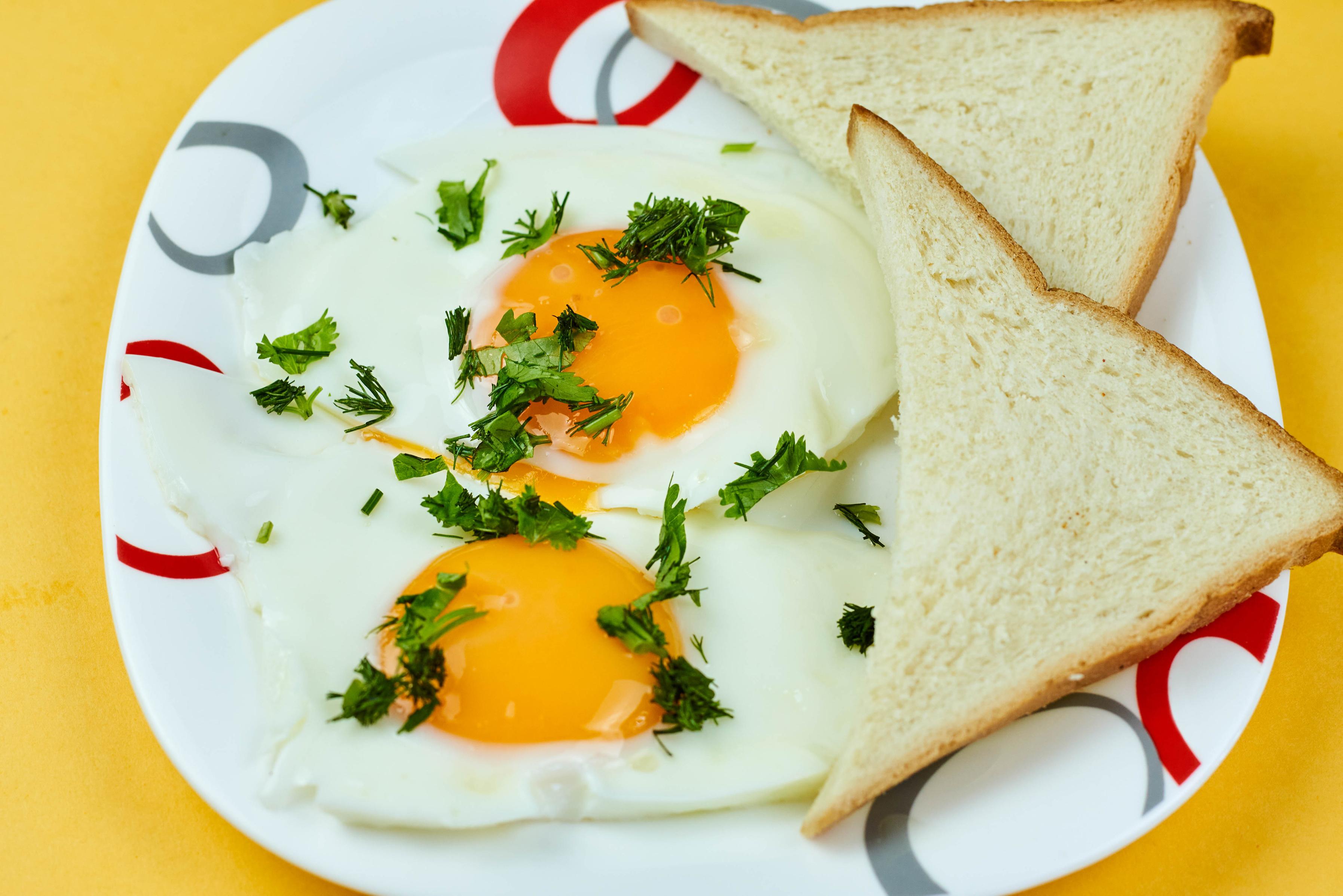 Фото Яичница Хлеб Укроп Пища тарелке яичницы глазунья Еда Тарелка Продукты питания