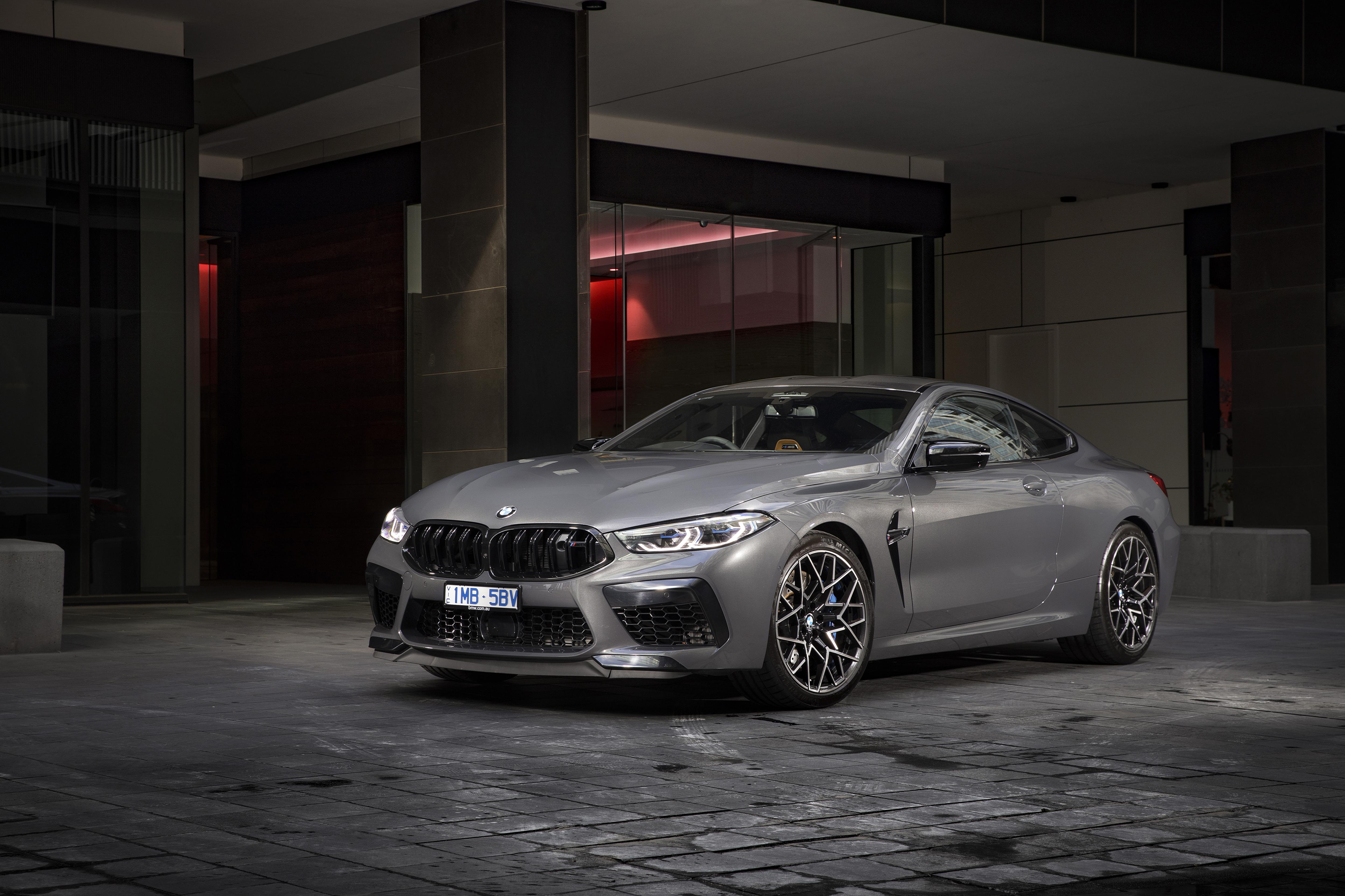 Обои для рабочего стола BMW 2020 M8 Competition Coupé Купе серая авто БМВ Серый серые машина машины Автомобили автомобиль