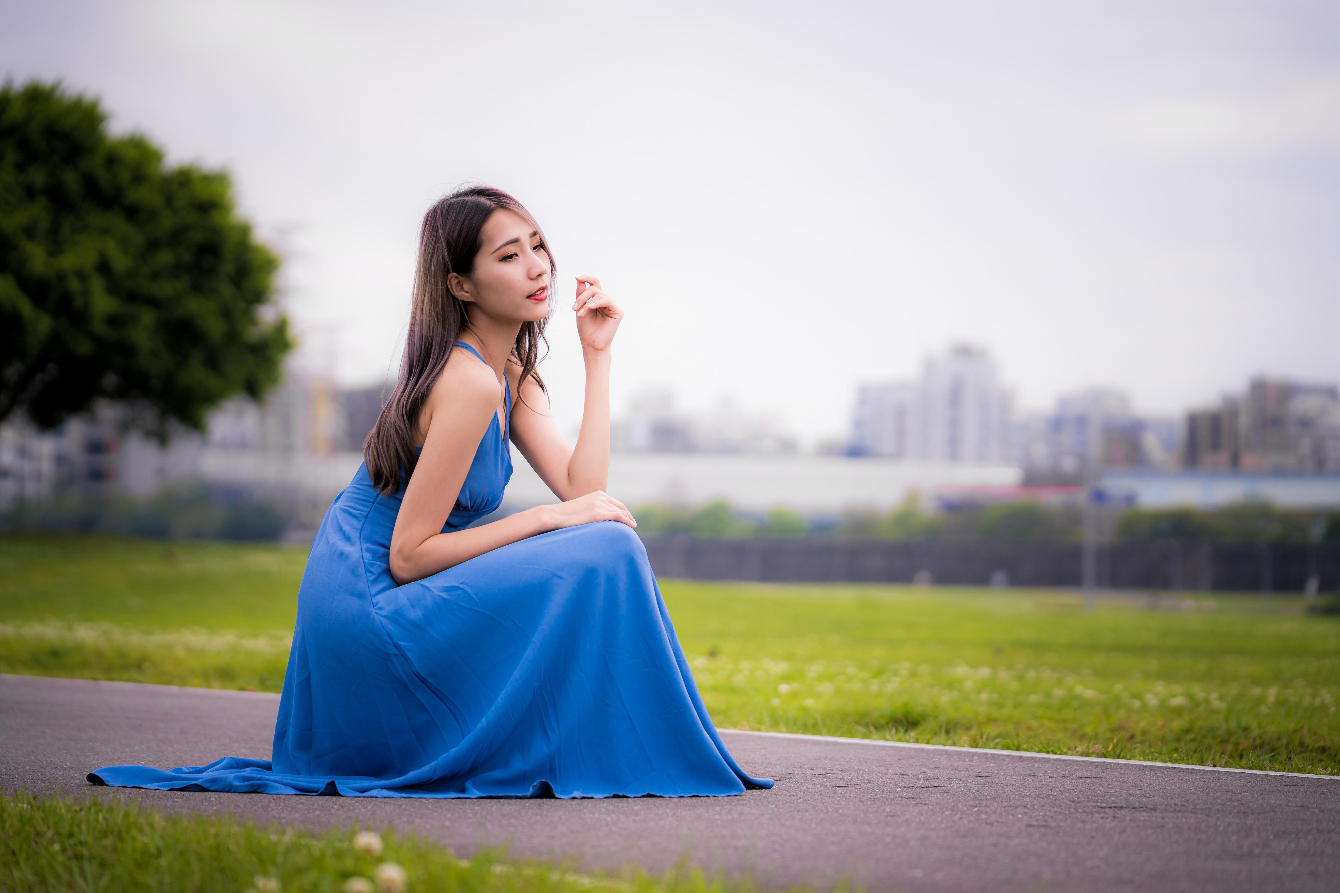 Фотография боке Девушки Азиаты сидящие Платье Размытый фон девушка молодая женщина молодые женщины азиатки азиатка сидя Сидит платья