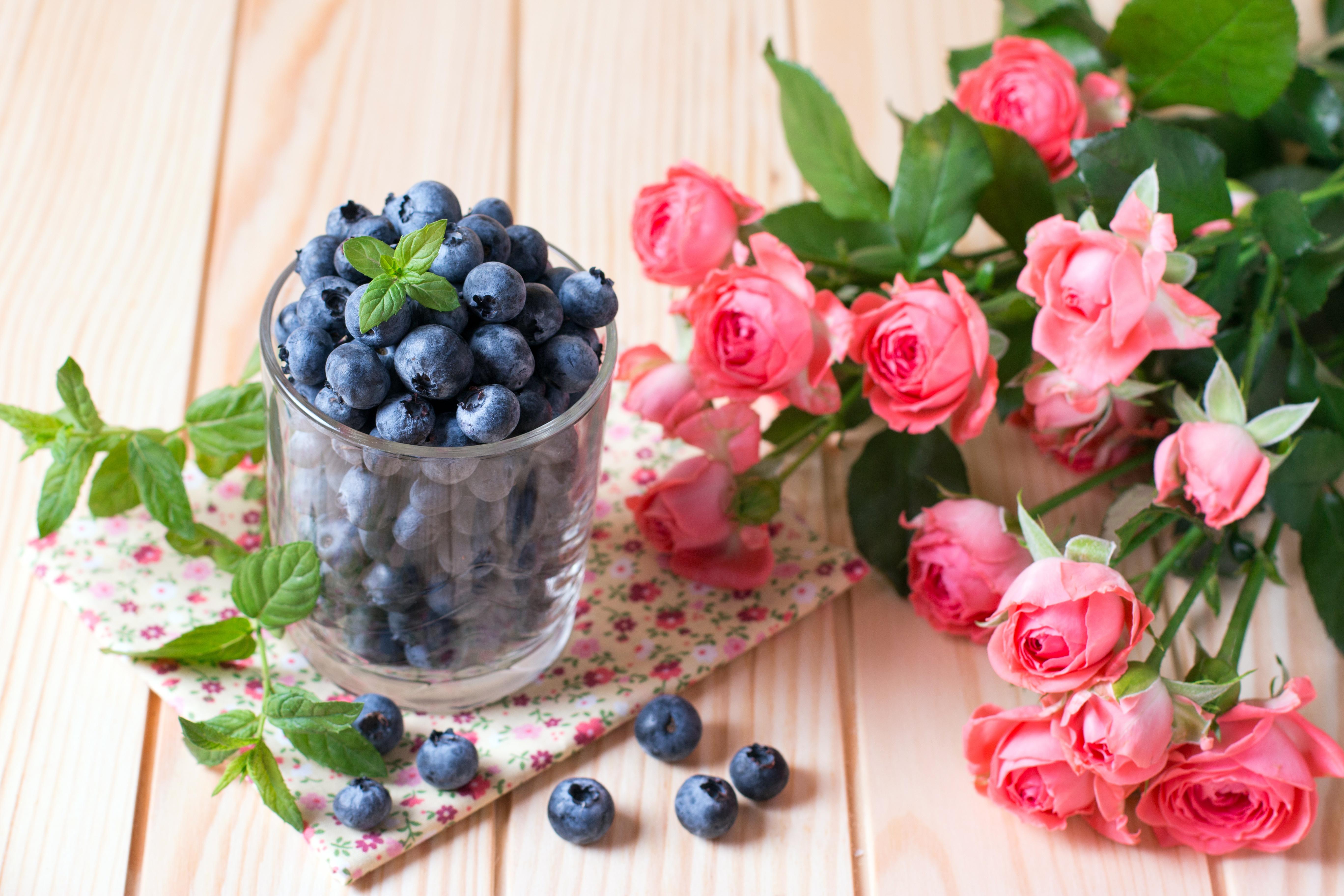 Фотография букет Розы Цветы Стакан Черника Ягоды Продукты питания 5472x3648 Букеты роза цветок стакане стакана Еда Пища