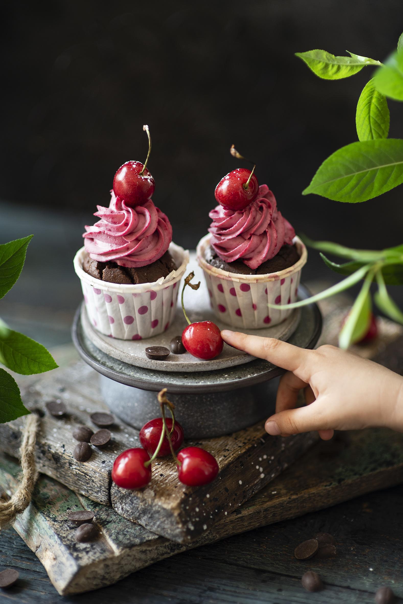 Фото Двое Капкейк кекс Черешня Пища Доски  для мобильного телефона 2 два две вдвоем Вишня Еда Продукты питания