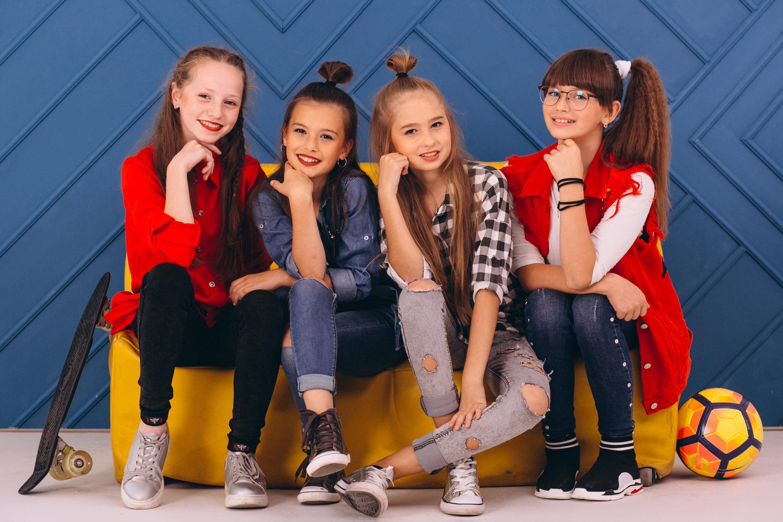 Фотография Девочки Дети Четыре 4 джинсов сидящие смотрят 3000x2000 девочка ребёнок Джинсы сидя Сидит Взгляд смотрит