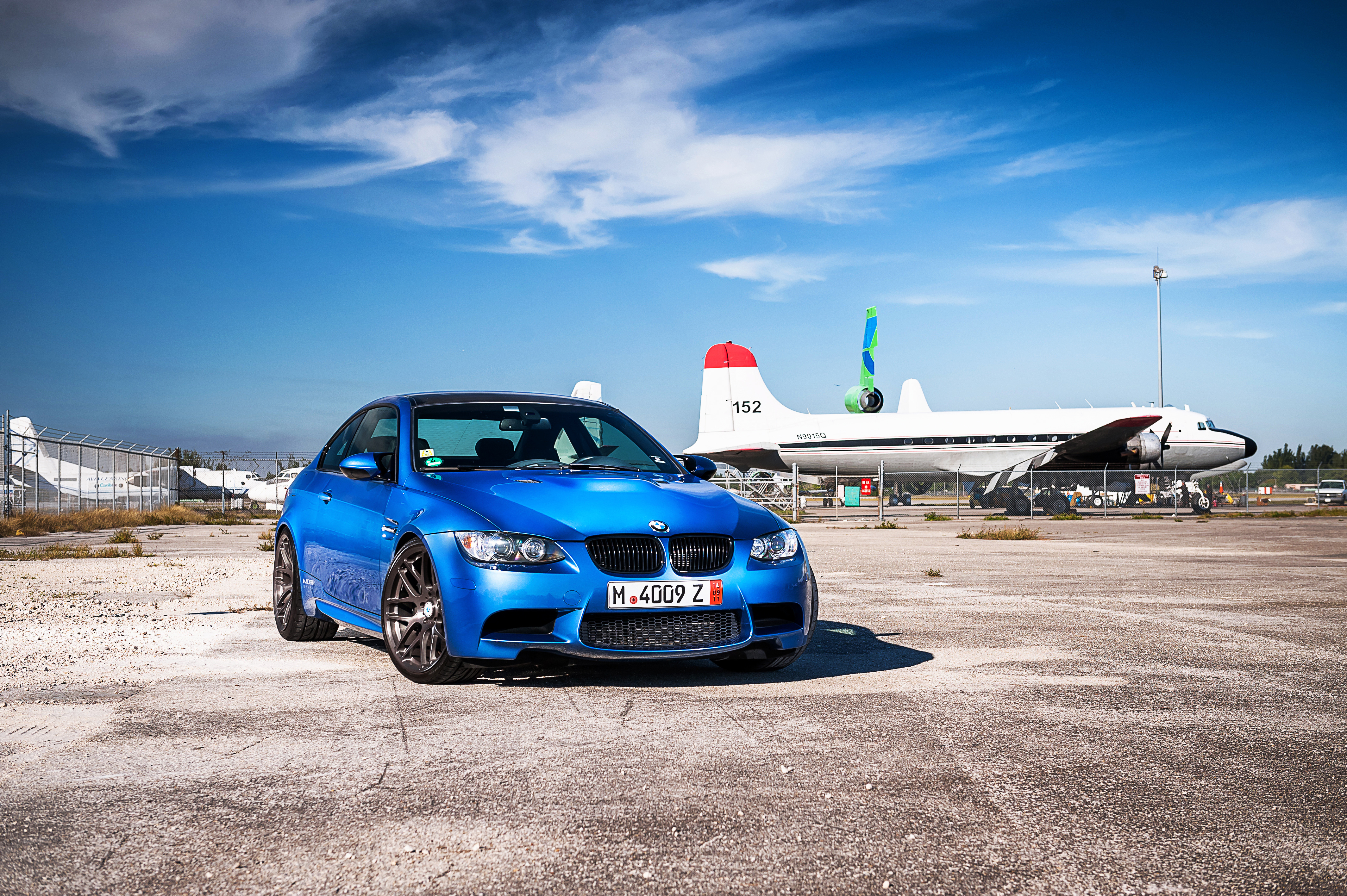 синий автомобиль BMW E92 M3 без смс