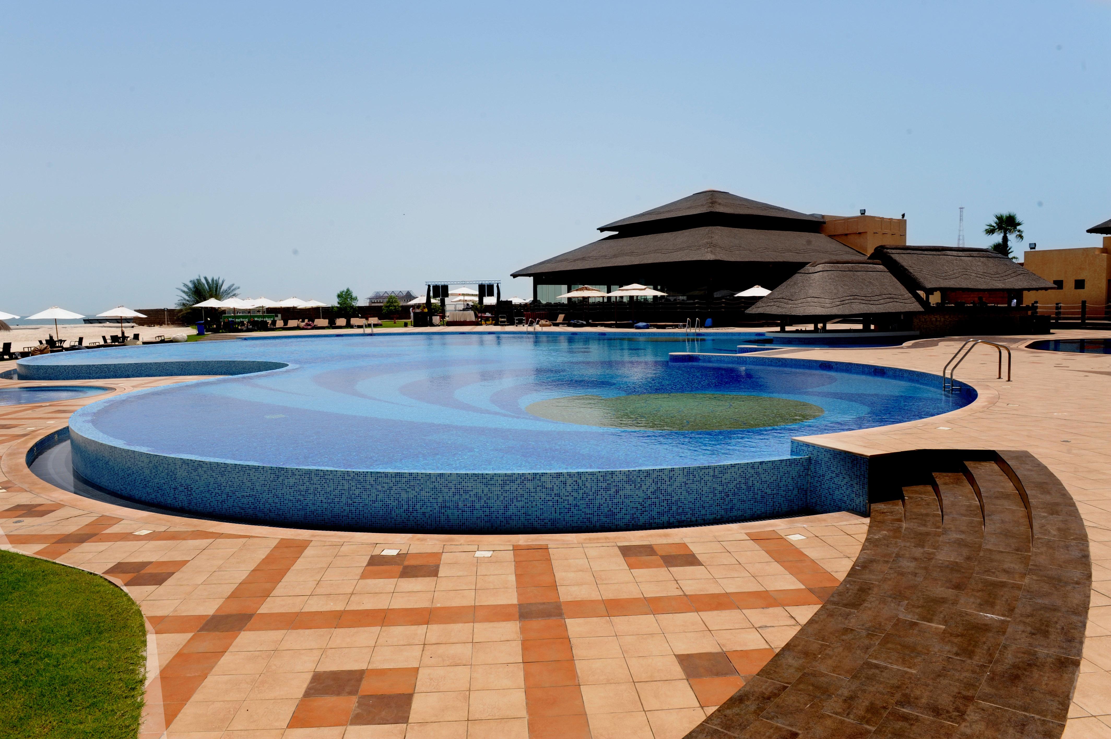 Черные лежаки, синий бассейн бесплатно