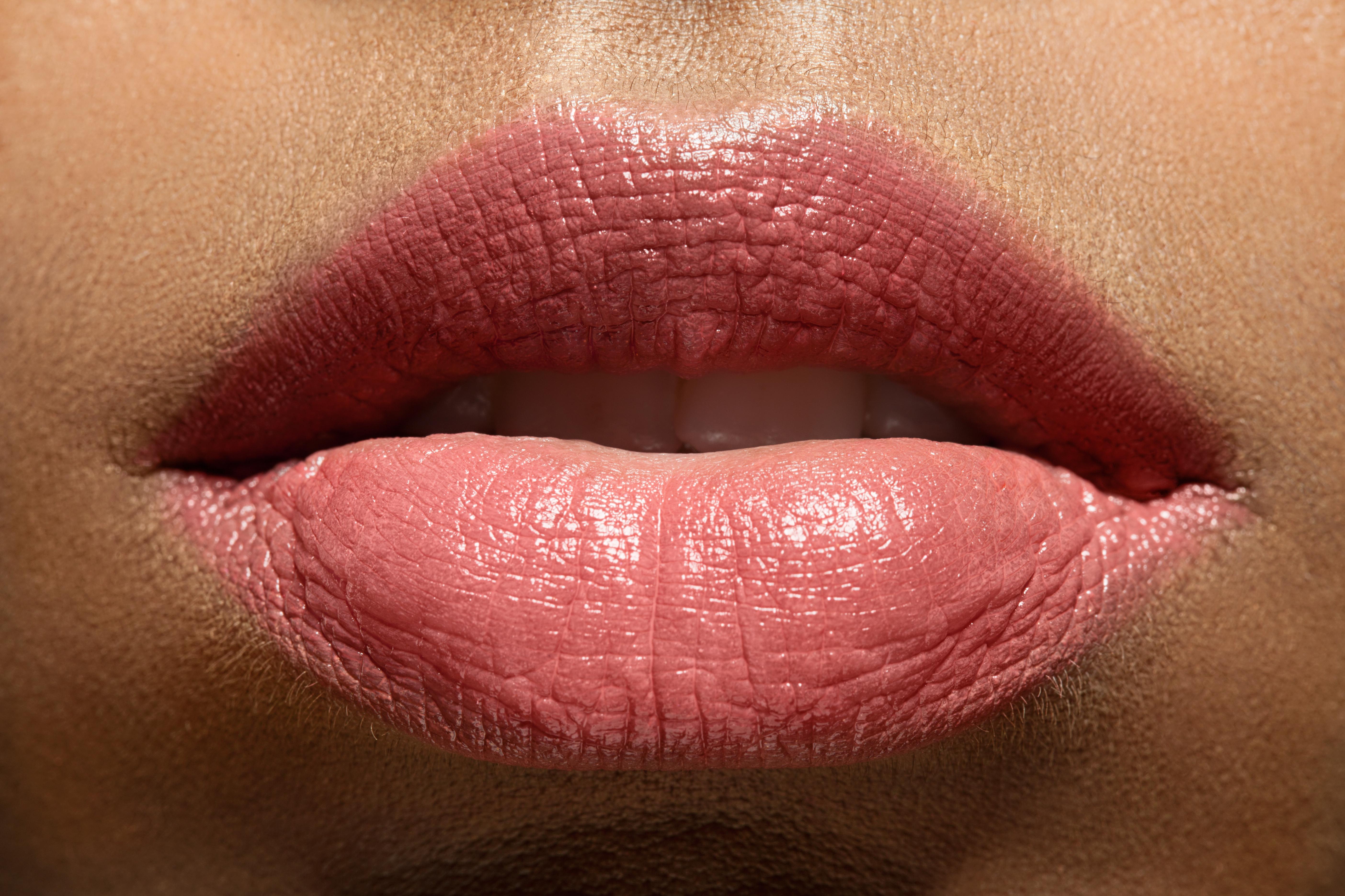 эротические фотографии женских губ она
