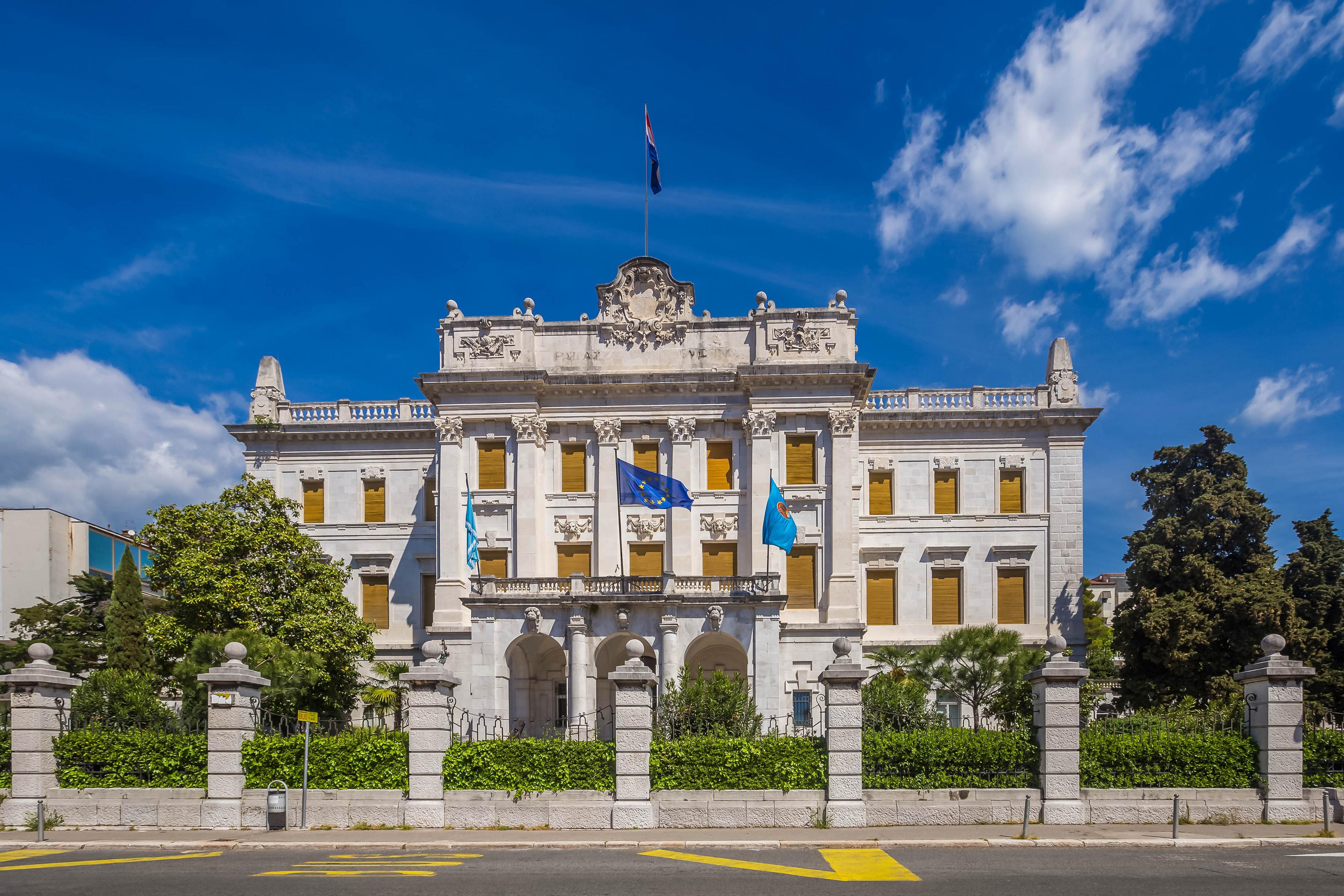 Фотография дворца Хорватия Governor palace Rijeka Флаг Забор город Дворец флага забора ограда забором Города