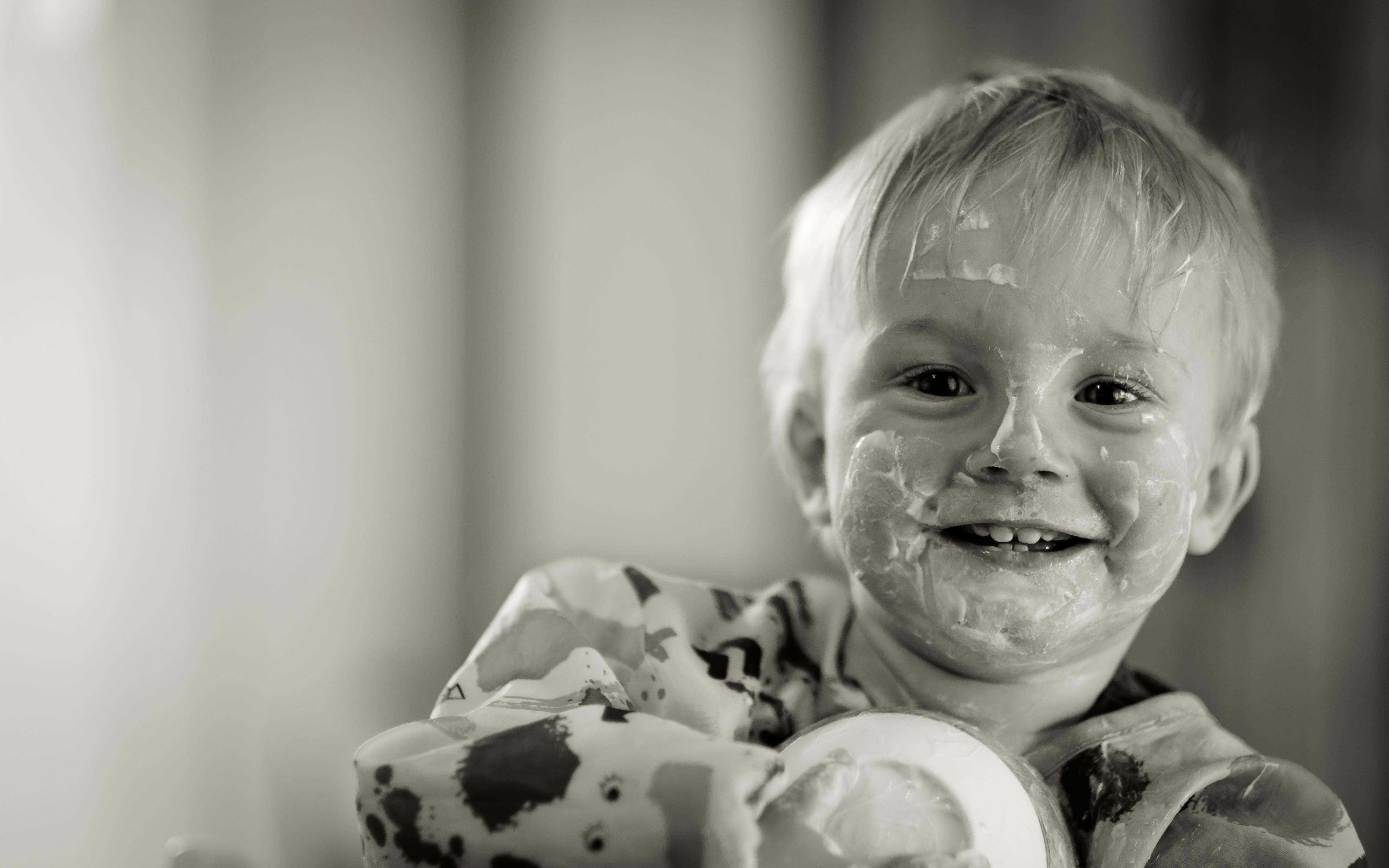 Картинки мальчик Улыбка смешной ребёнок Йогурт черно белые смотрит 4710x2944 Мальчики мальчишки мальчишка улыбается Смешные смешная забавные Дети Черно белое Взгляд смотрят