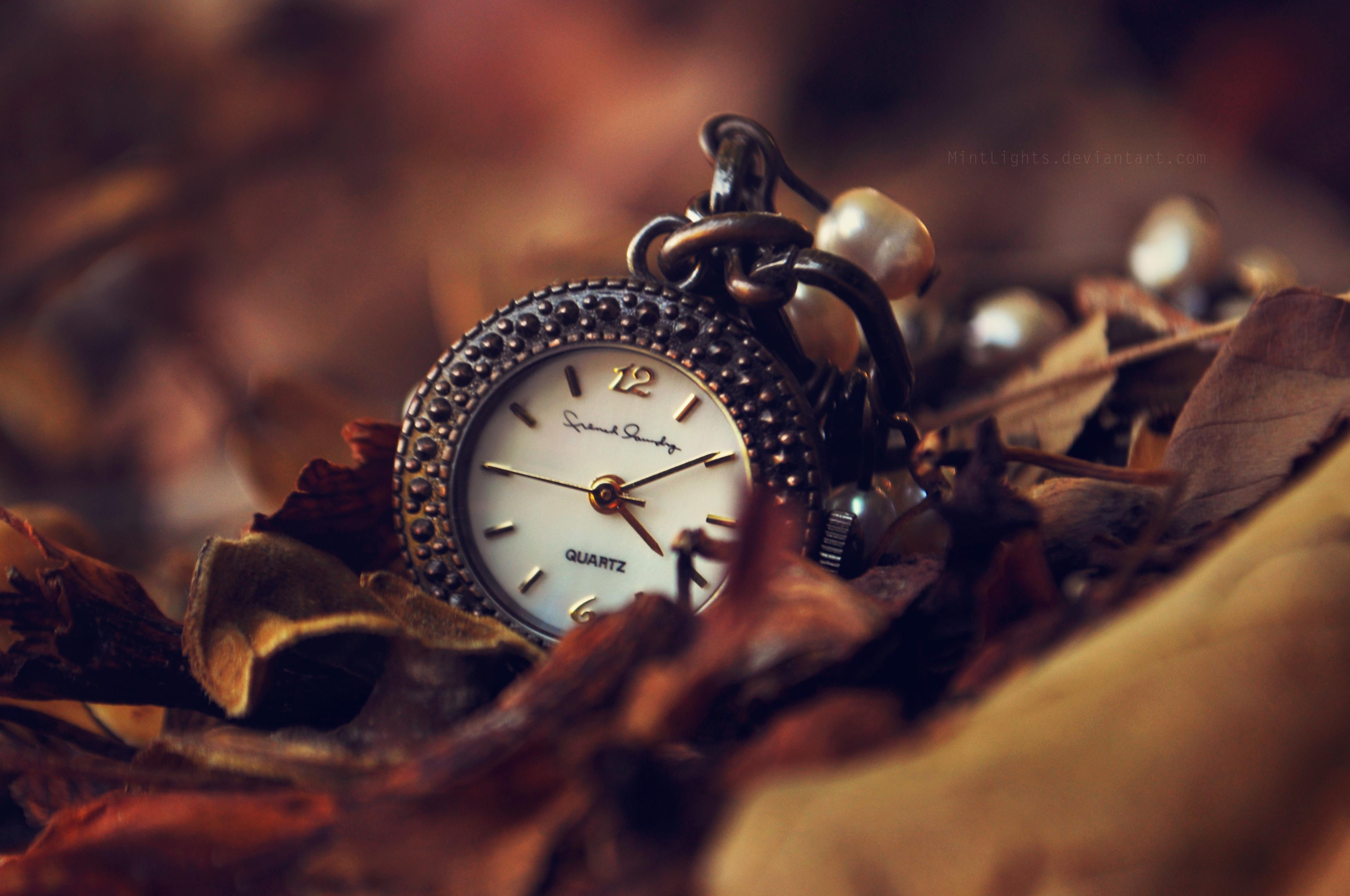 Карманные часы на сиреневом фоне бесплатно