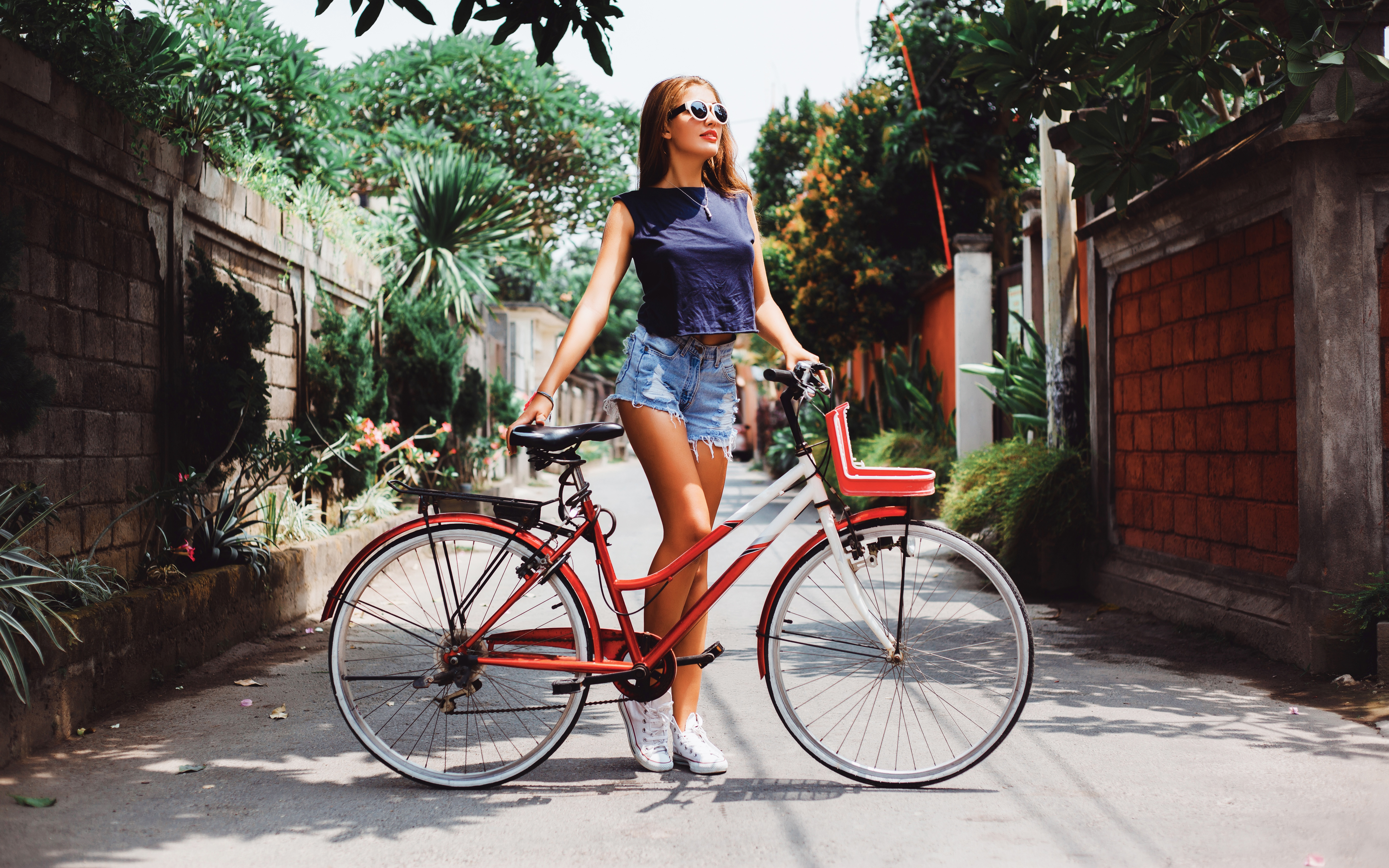 Фото Велосипед молодые женщины шорт Очки велосипеды велосипеде девушка Девушки молодая женщина Шорты очков очках шортах