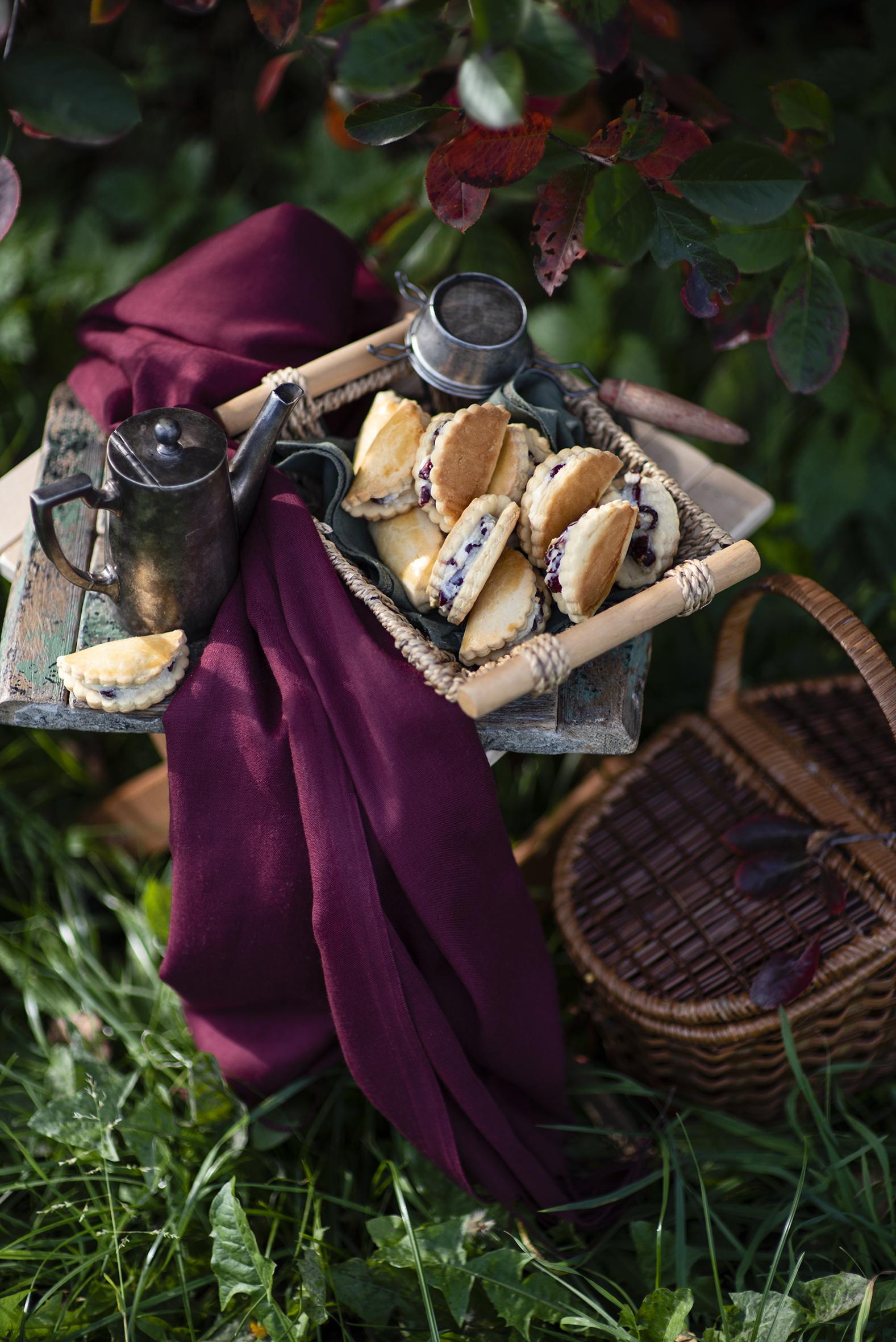 Фото Чайник Корзина Еда Выпечка Натюрморт  для мобильного телефона корзины Корзинка Пища Продукты питания