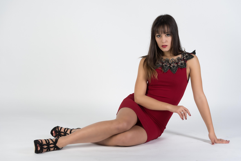 Картинки Модель Vittoria Девушки Ноги сидя смотрит платья фотомодель девушка молодая женщина молодые женщины ног Сидит сидящие Взгляд смотрят Платье