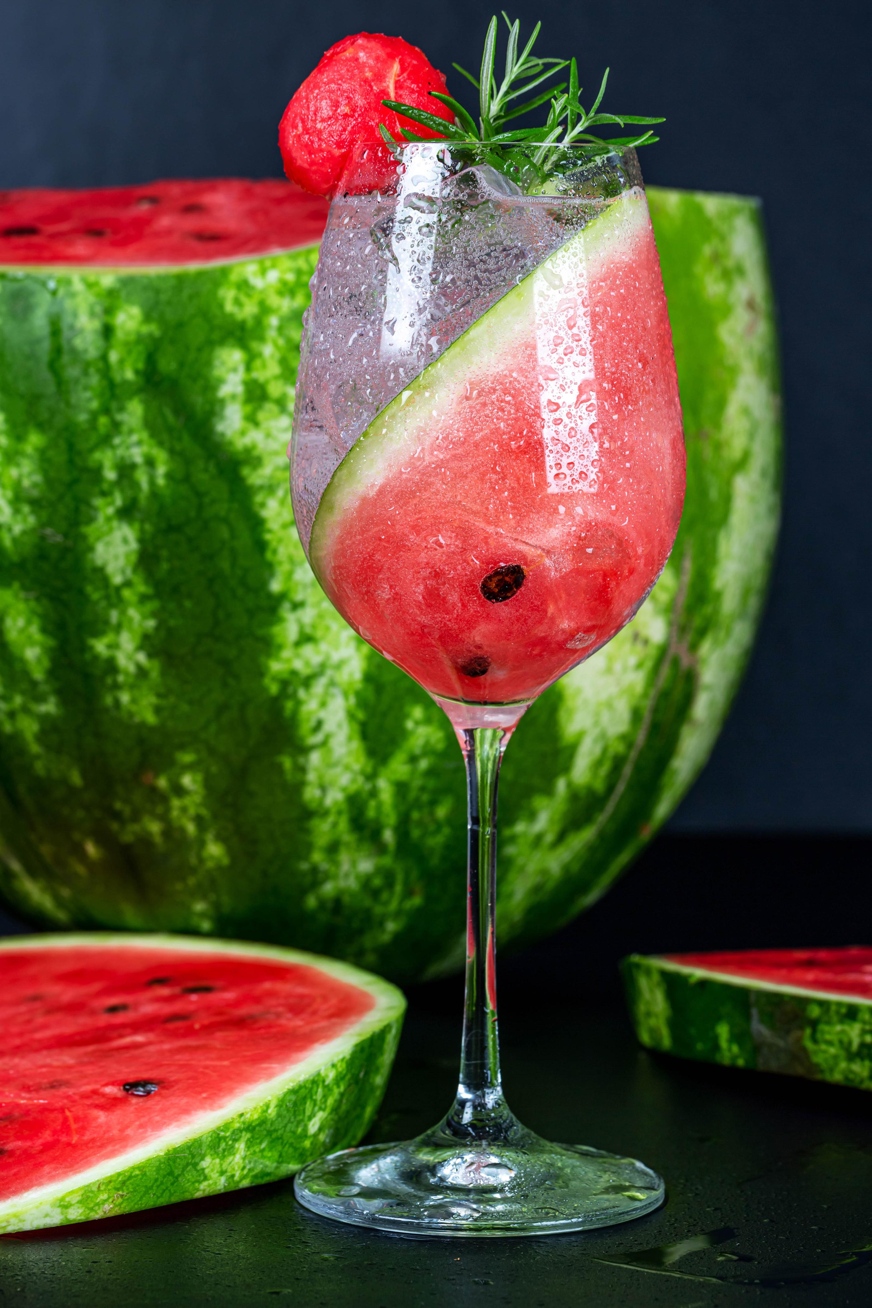 Фото Кусок Арбузы Бокалы Продукты питания Напитки  для мобильного телефона часть кусочек кусочки Еда Пища бокал напиток