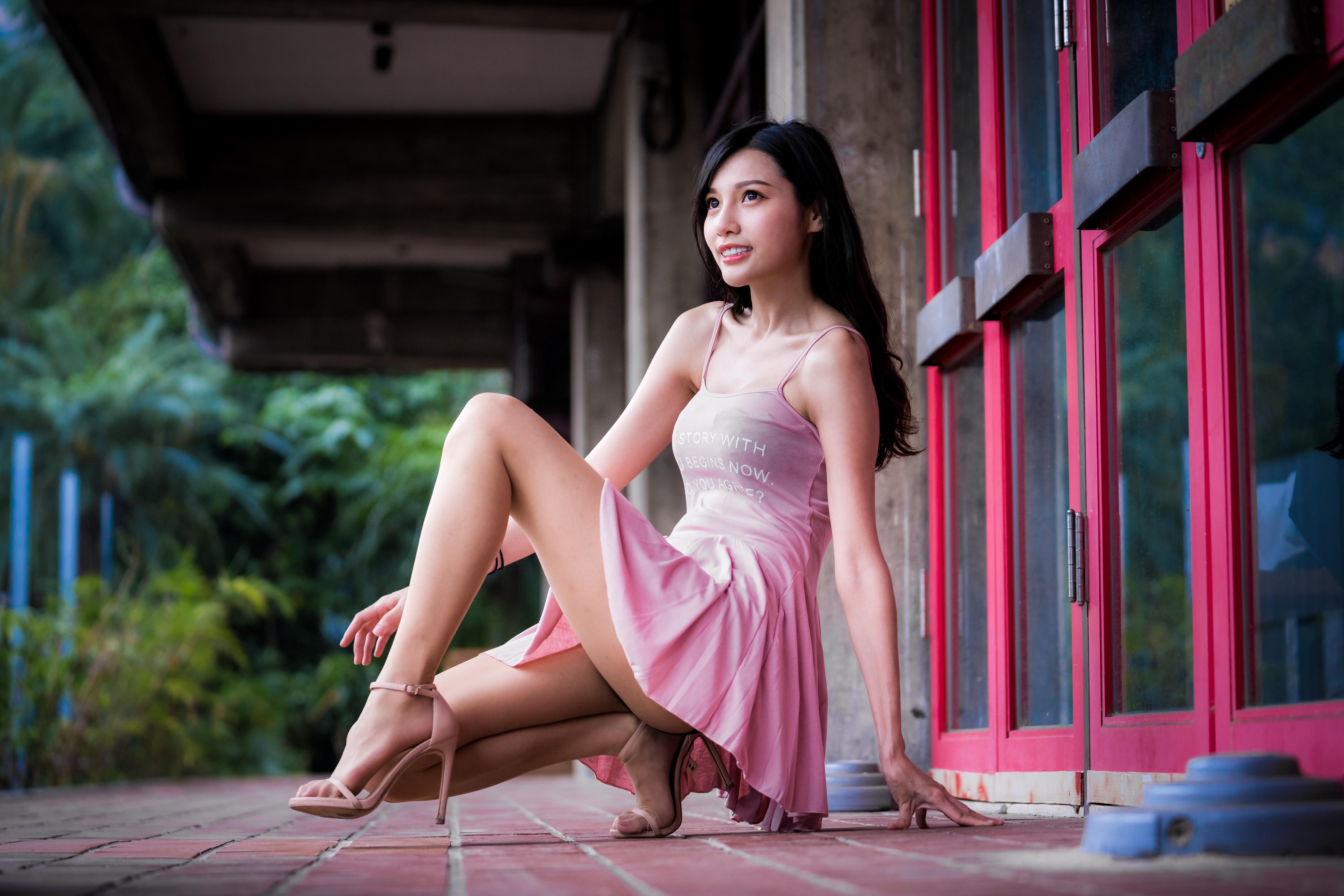 Картинка Брюнетка молодая женщина ног азиатка Сидит смотрит Платье брюнетки брюнеток девушка Девушки молодые женщины Ноги Азиаты азиатки сидя сидящие Взгляд смотрят платья