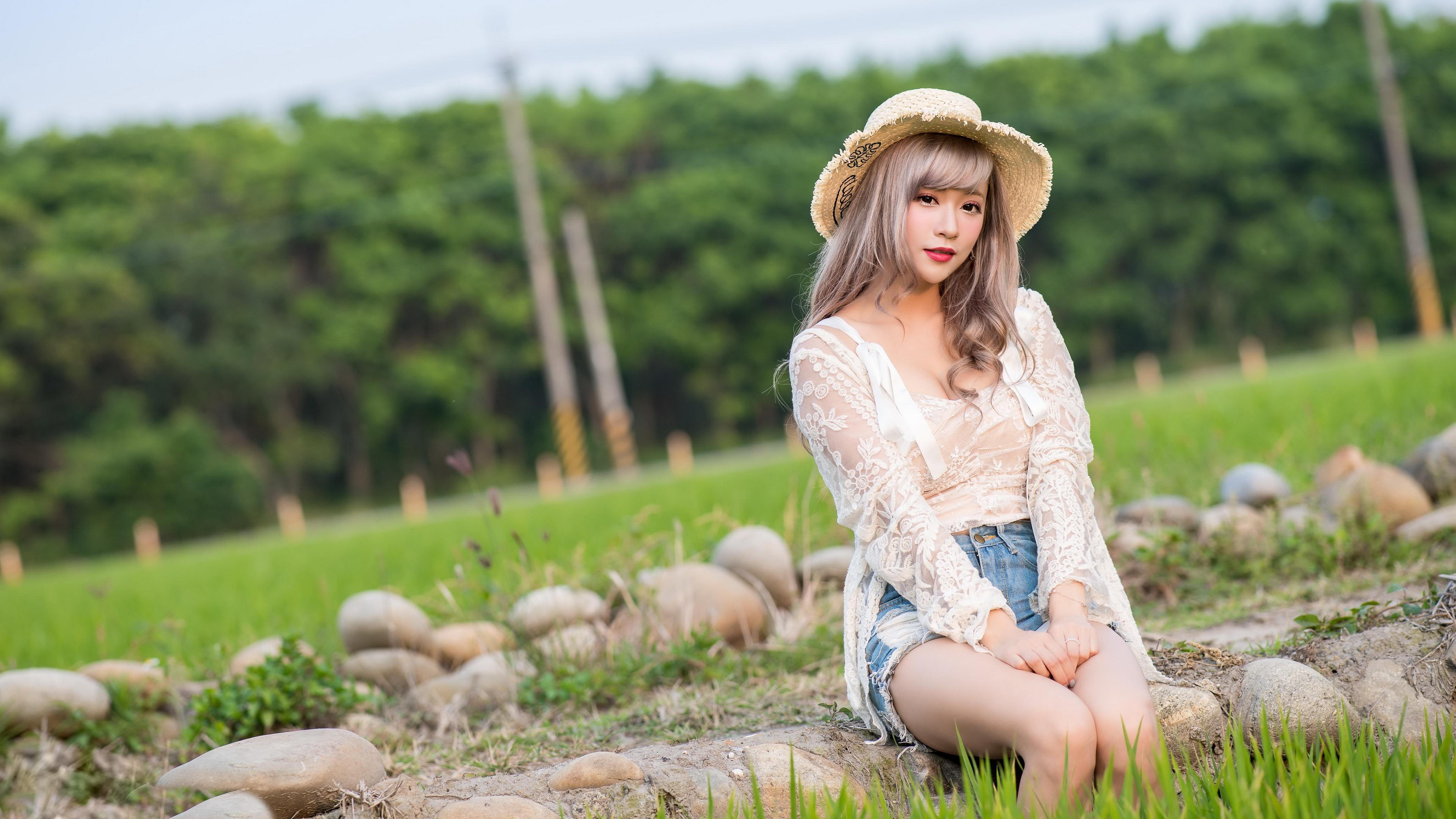 Картинка Русые шляпе Девушки азиатка Руки сидя Трава Камни Взгляд 3840x2160 русая русых Шляпа шляпы девушка молодые женщины молодая женщина Азиаты азиатки рука Сидит траве Камень сидящие смотрят смотрит
