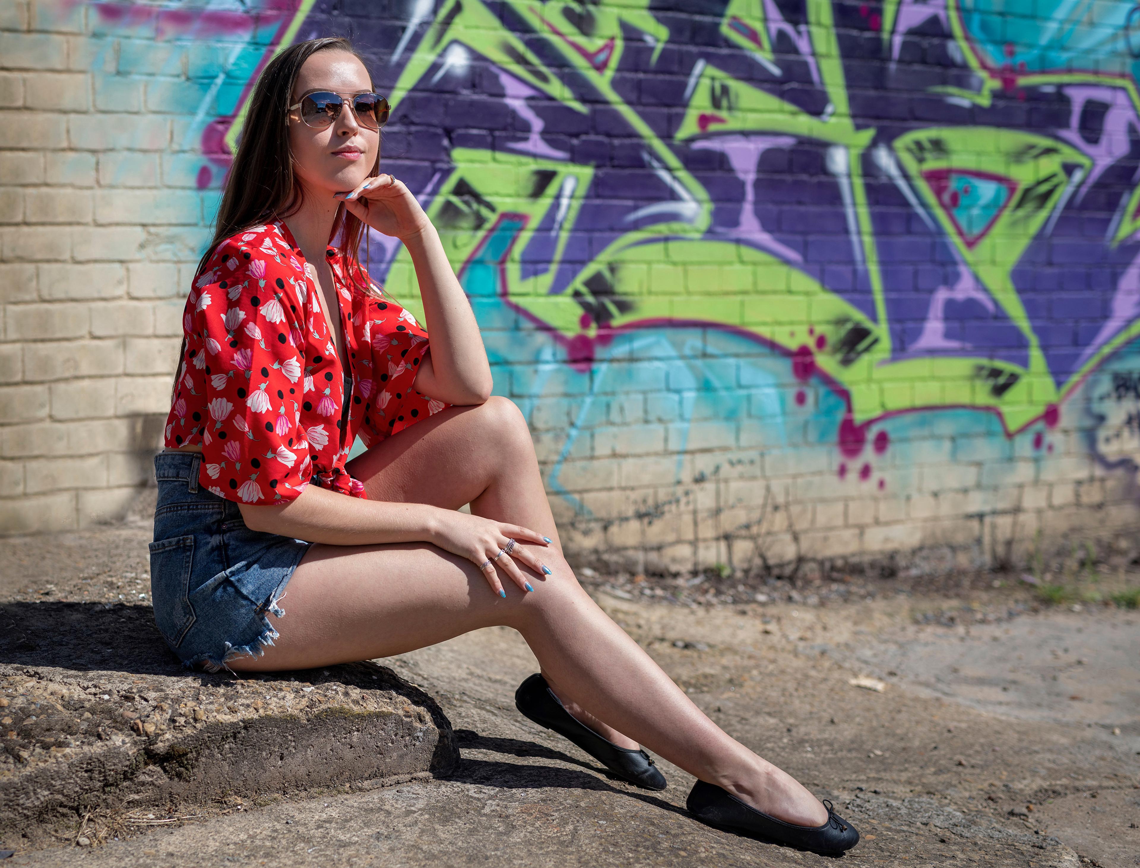 Фотография фотомодель Jade Блузка девушка ног сидя шорт очках смотрит Модель Девушки молодая женщина молодые женщины Ноги Очки Сидит Шорты очков шортах сидящие Взгляд смотрят