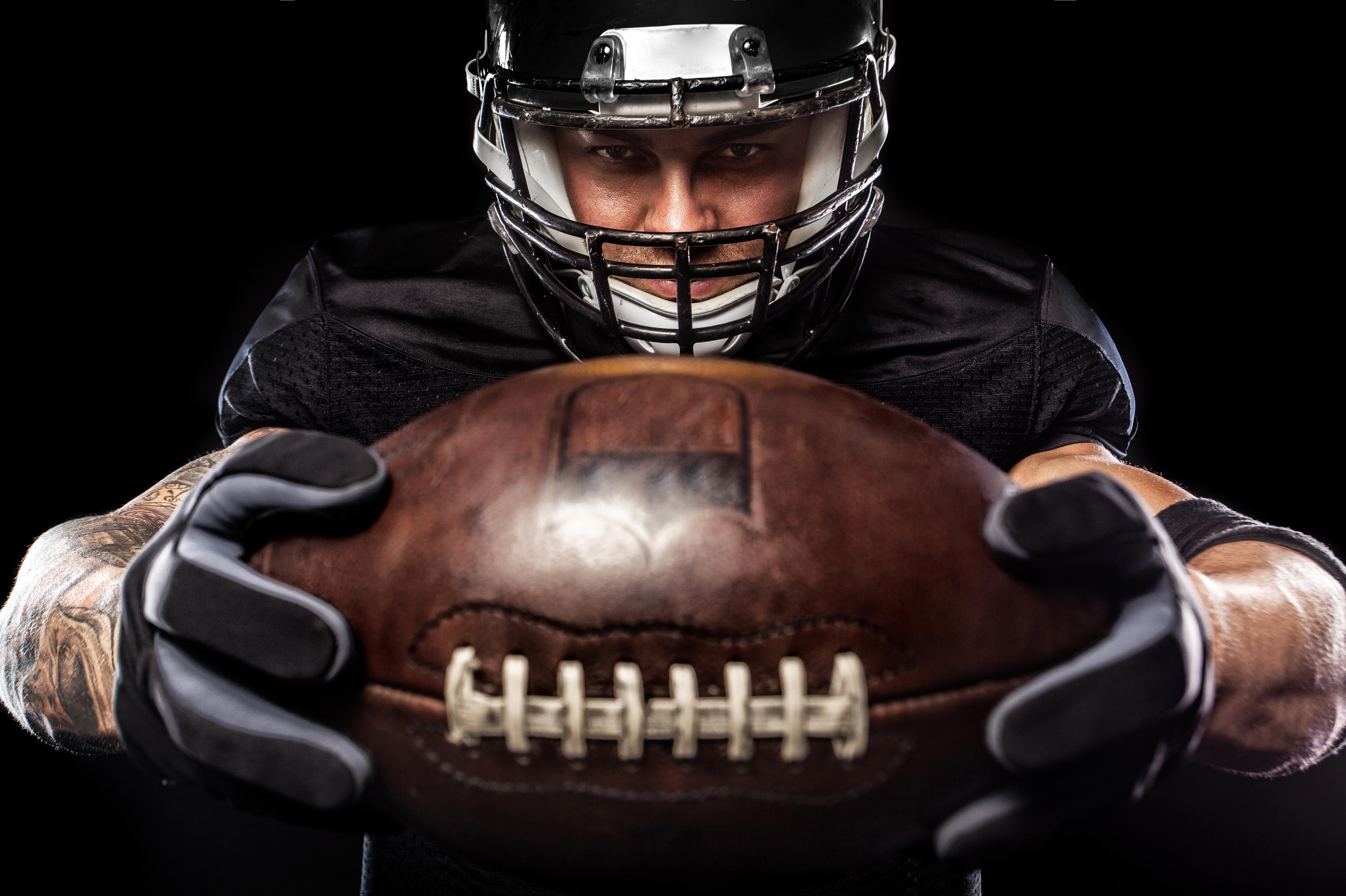 Фотографии в шлеме мужчина Американский футбол спортивные Мячик униформе на черном фоне 4204x2800 Шлем шлема Мужчины Спорт спортивный спортивная Мяч Униформа Черный фон