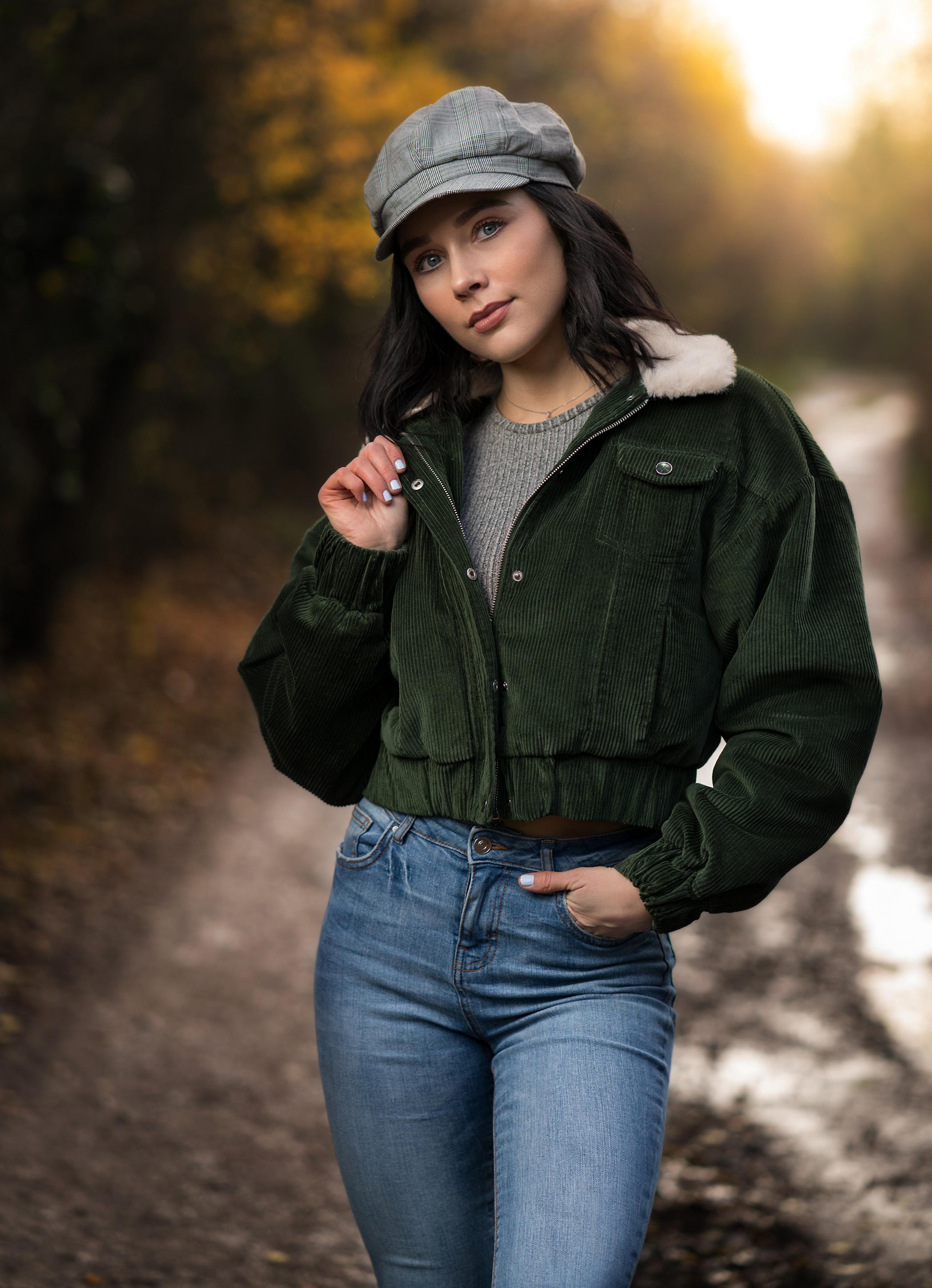 Картинка Брюнетка Emma Victoria позирует Куртка девушка Джинсы кепкой смотрит 2560x3537 для мобильного телефона брюнетки брюнеток Поза куртке куртки куртках Девушки молодая женщина молодые женщины джинсов кепке Кепка Взгляд смотрят Бейсболка