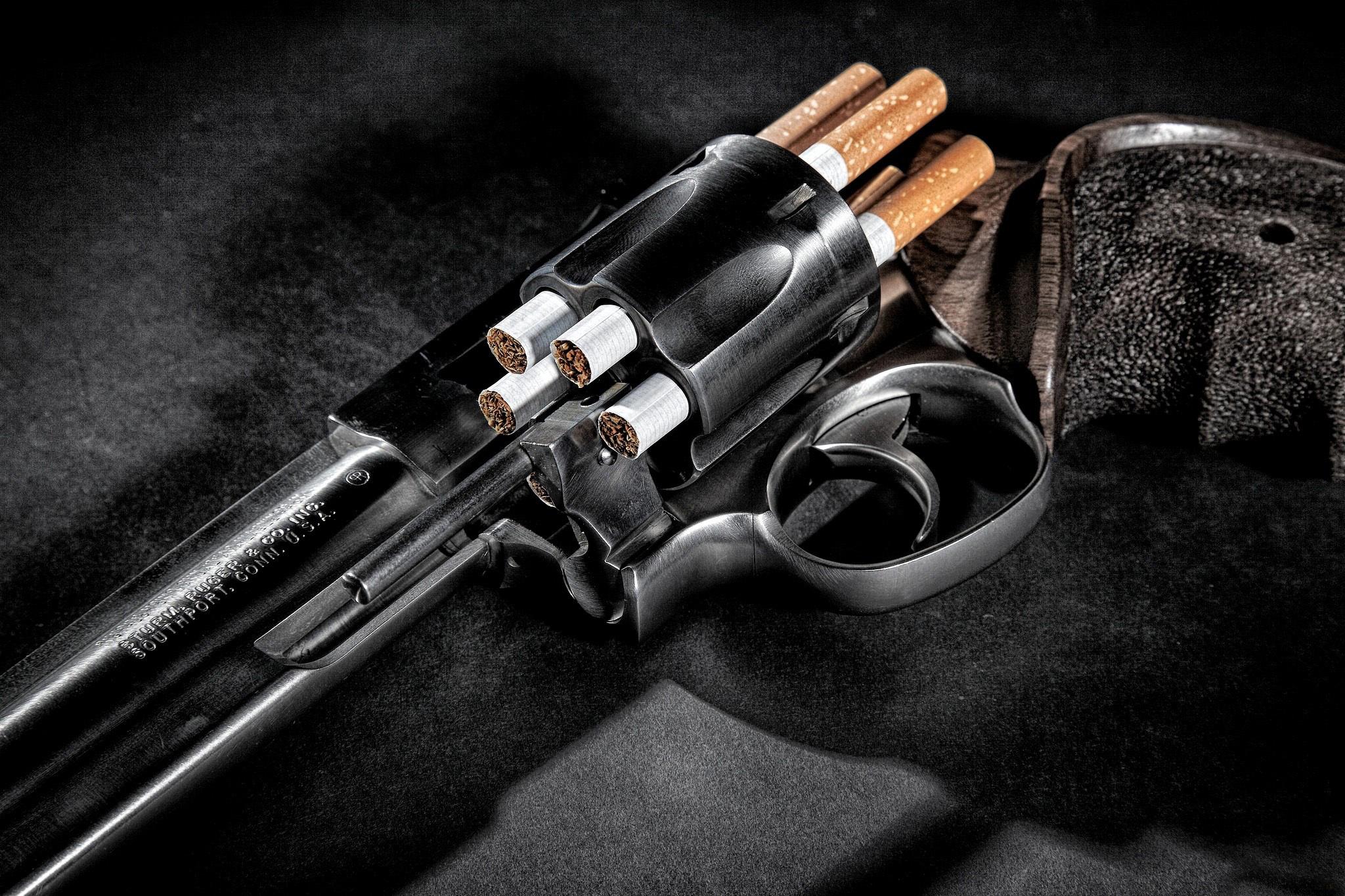 Заряженный пистолет на синем фоне бесплатно