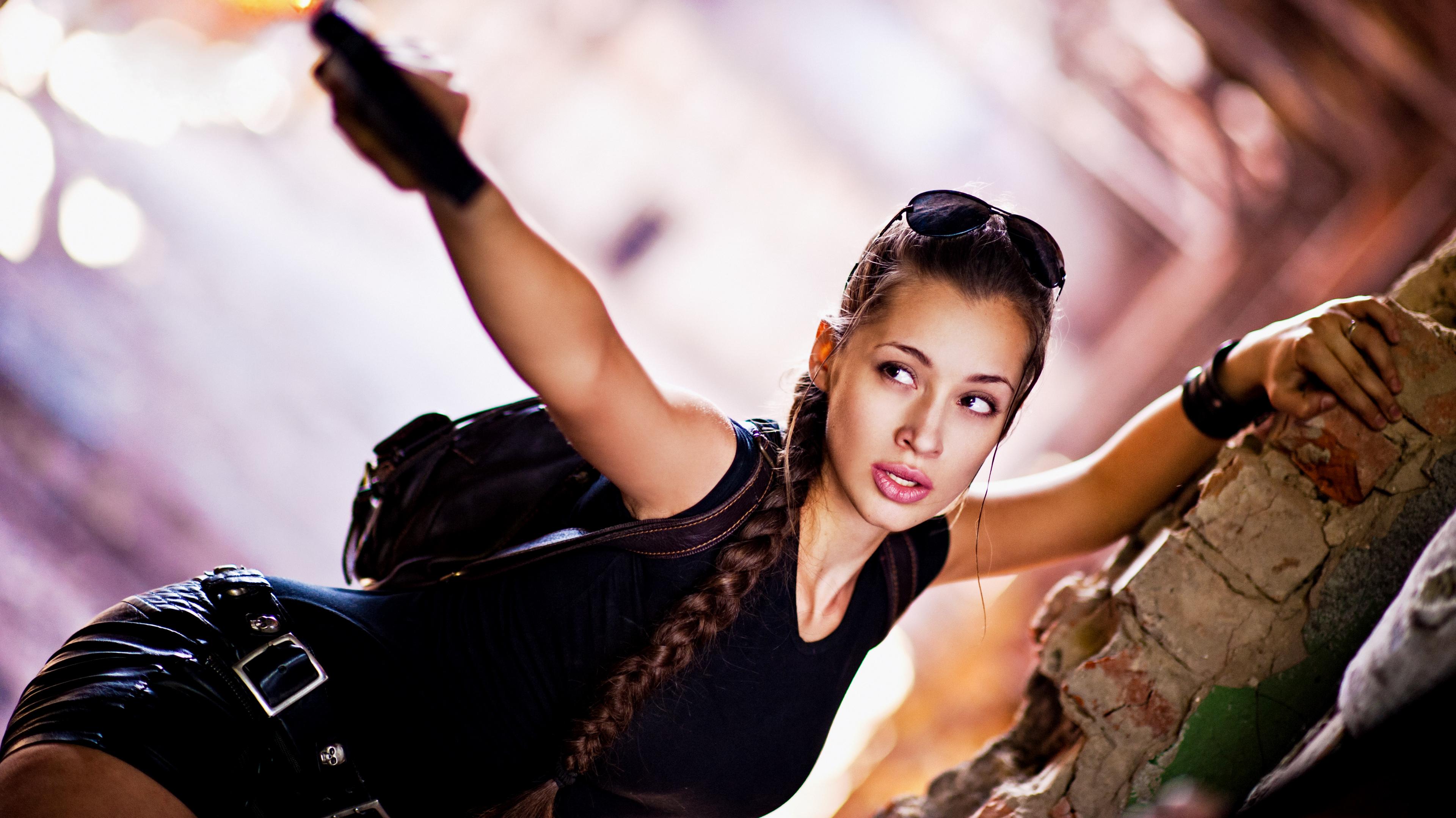 Фотографии Лара Крофт косички Косплей боке Девушки рука Очки Взгляд 3840x2160 косы Коса Размытый фон девушка молодые женщины молодая женщина Руки очках очков смотрят смотрит
