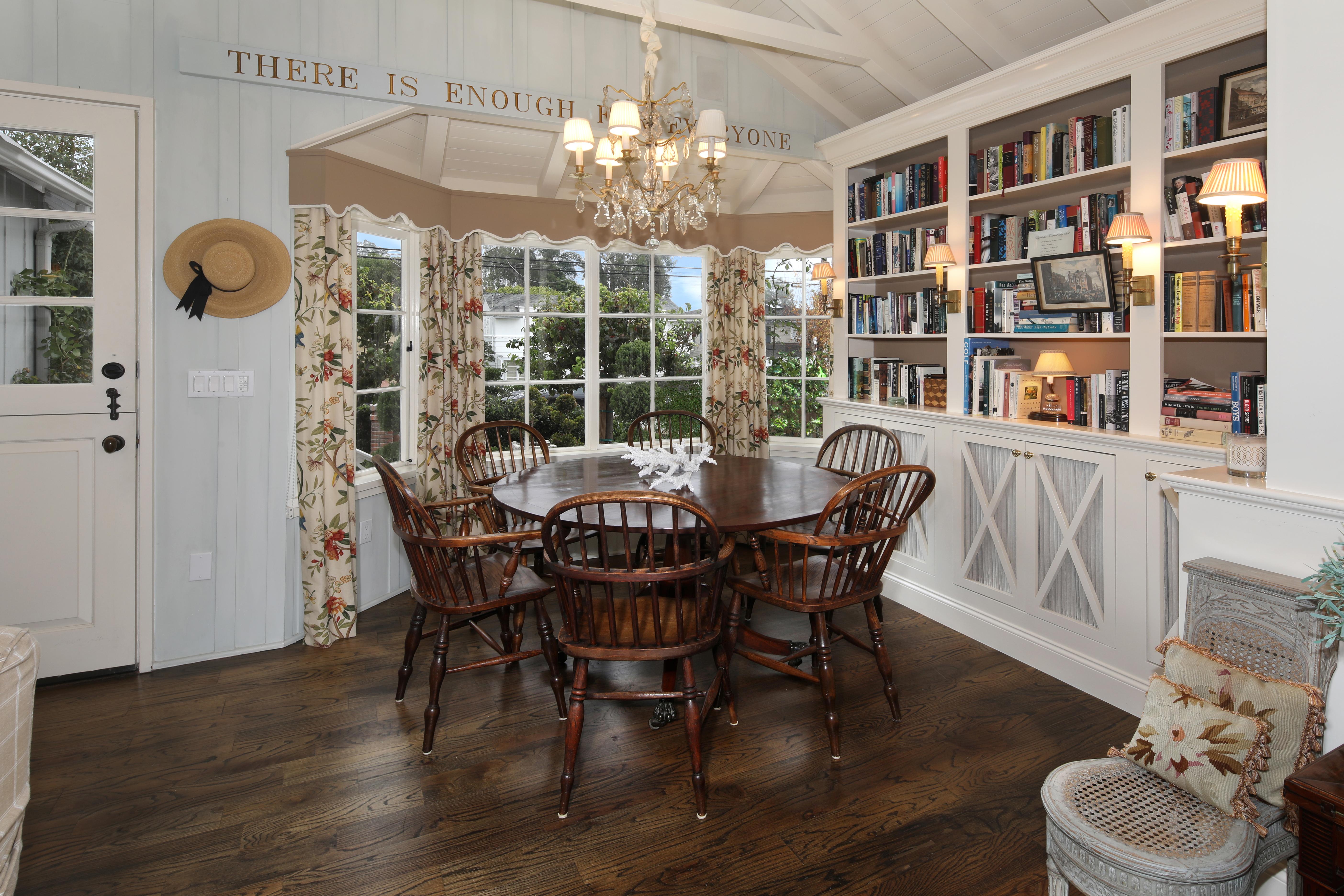 Картинка Гостиная Интерьер стул Стол Люстра дизайна гостевая столы стола Стулья люстры Дизайн