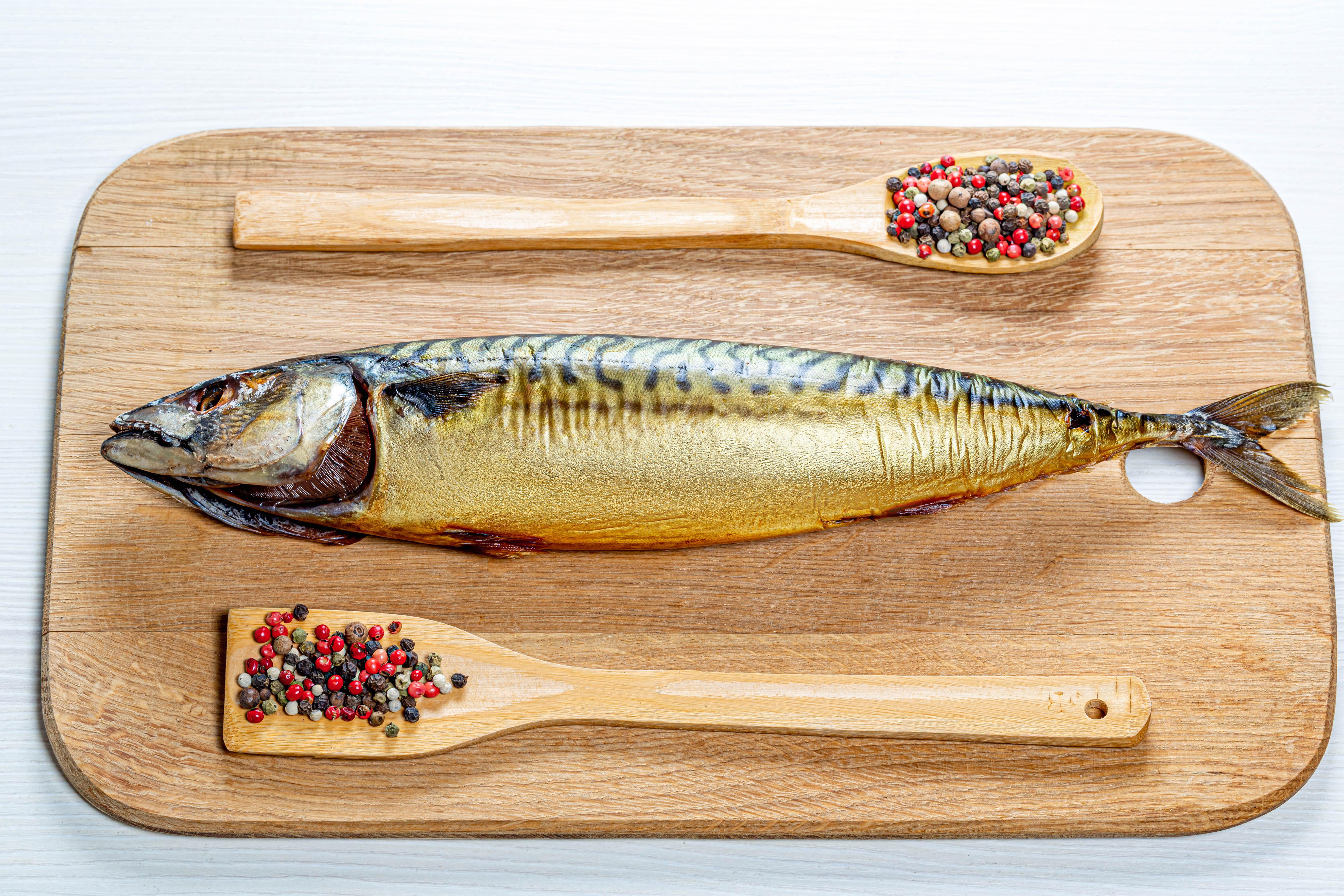 Обои для рабочего стола Перец чёрный Рыба Пища ложки приправы Разделочная доска Еда Ложка Специи пряности Продукты питания разделочной доске