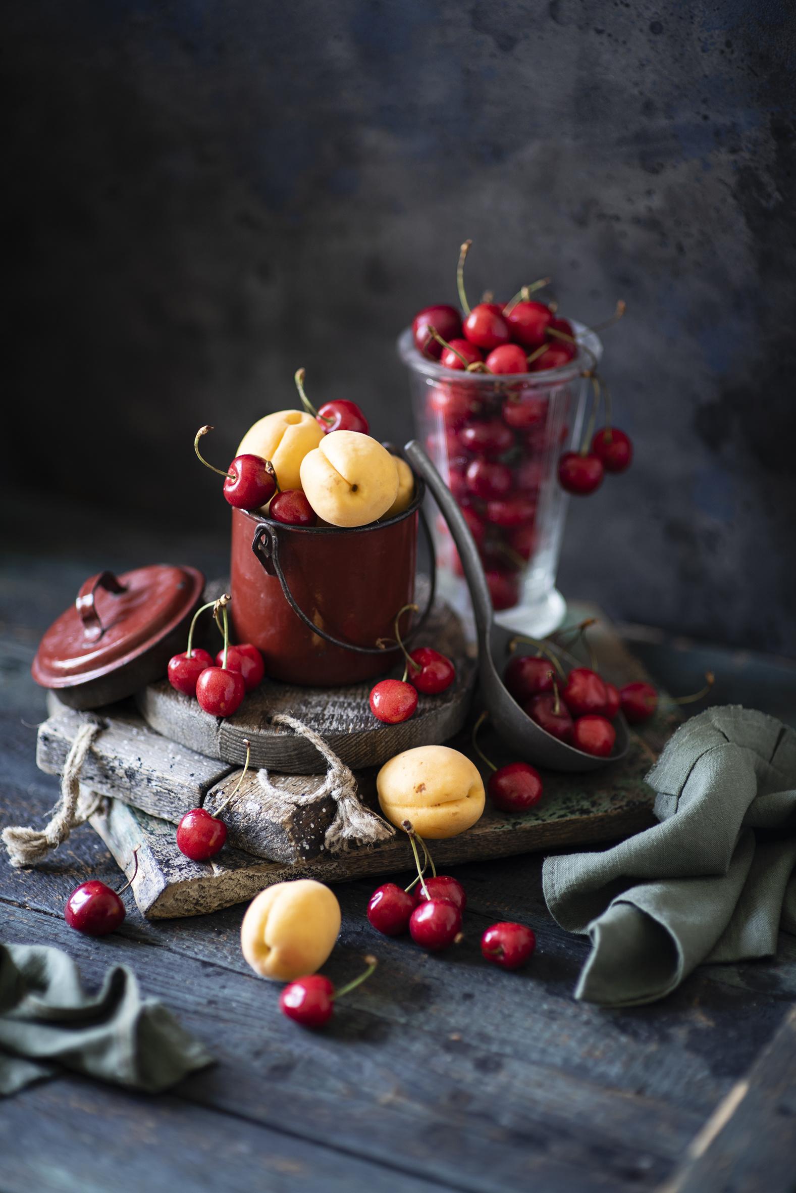 Картинки Ведро Абрикос Вишня Пища Натюрморт Доски  для мобильного телефона ведре ведра Черешня Еда Продукты питания