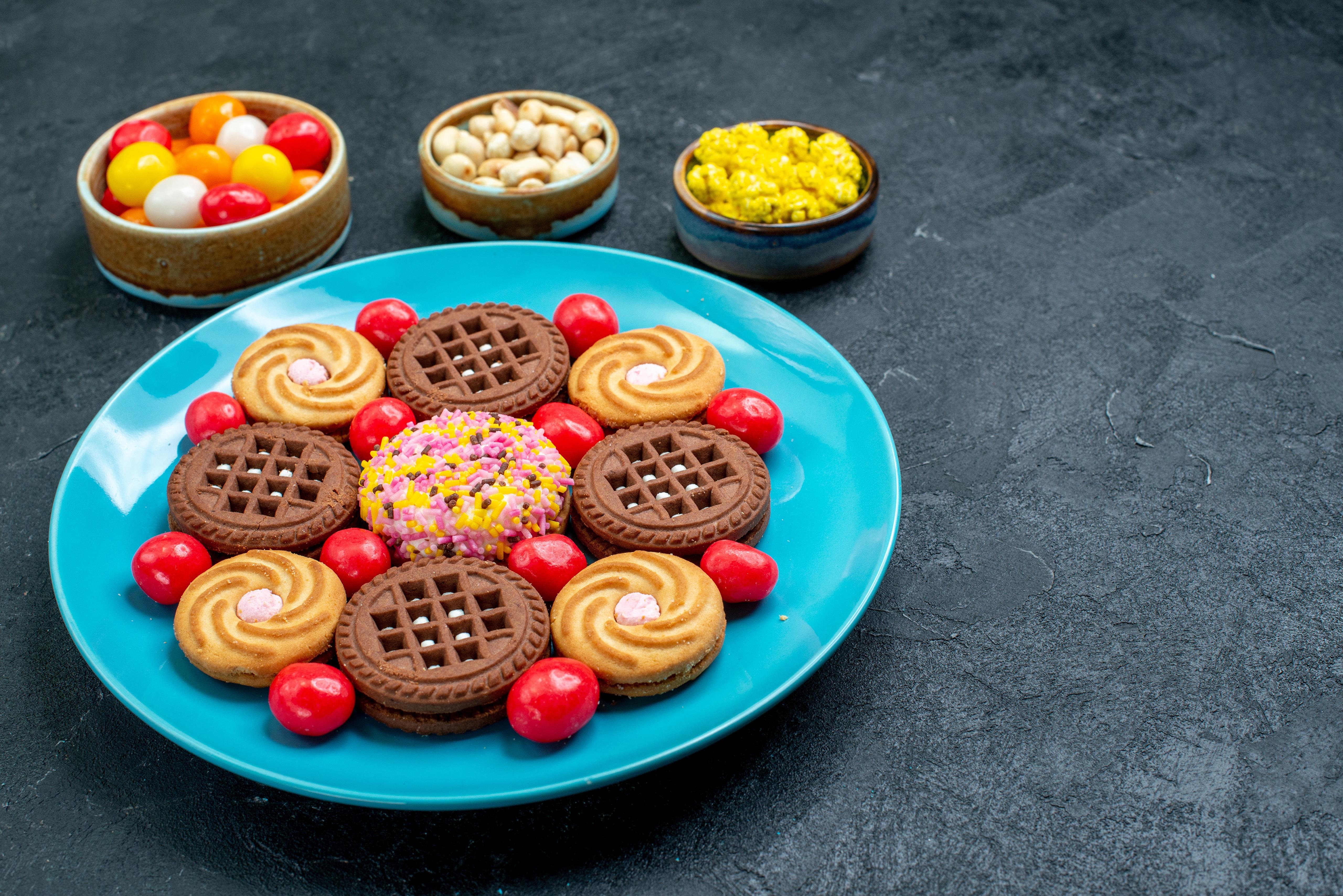 Обои для рабочего стола Конфеты Еда Печенье Тарелка Сладости Пища тарелке Продукты питания сладкая еда