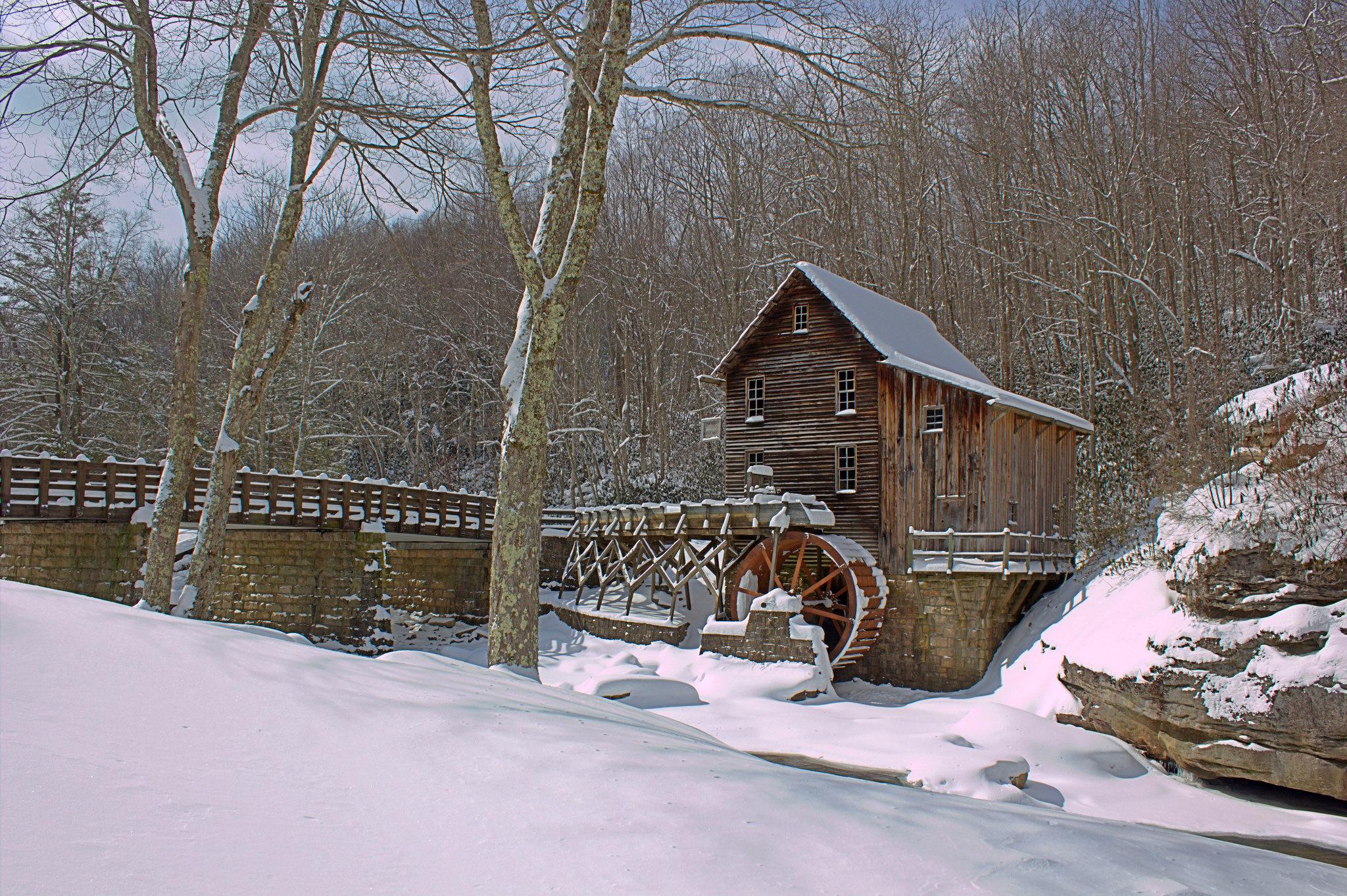 Мельница зимой в освещении бесплатно