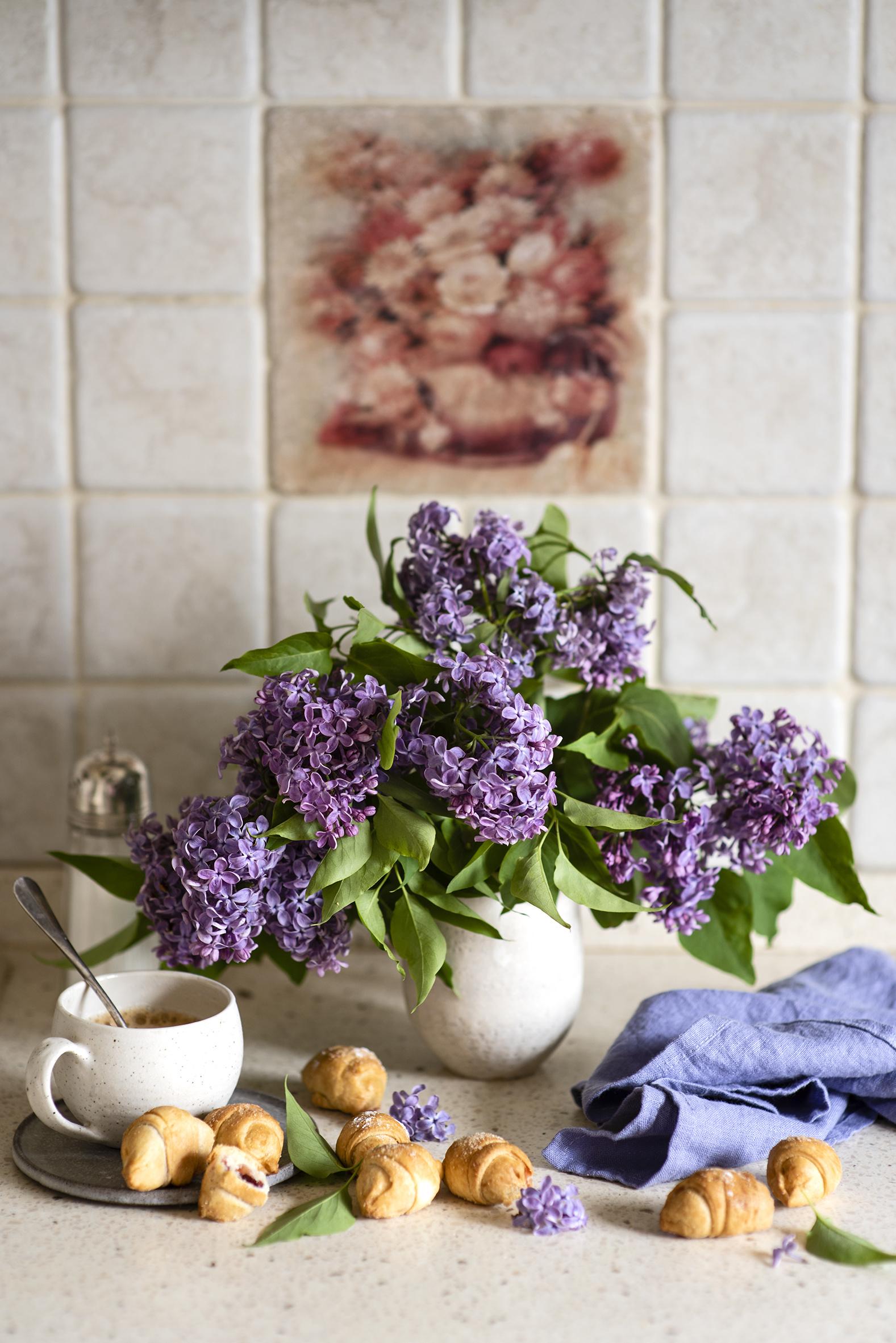 Обои для рабочего стола Круассан Цветы Сирень вазе Чашка Продукты питания Натюрморт  для мобильного телефона цветок Еда Пища вазы Ваза чашке