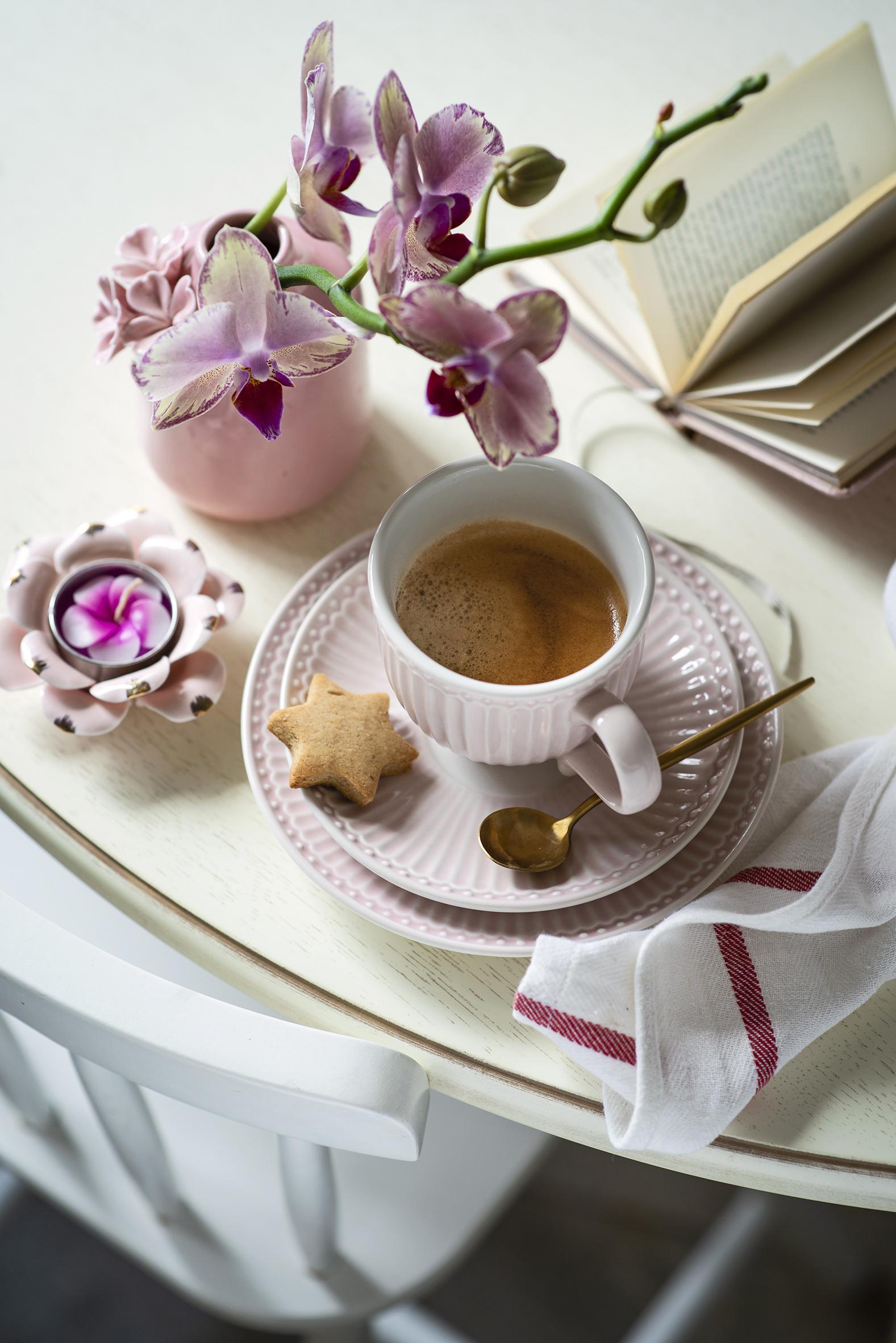 Фотография Кофе Орхидеи Цветы Чашка Ложка блюдца Печенье Продукты питания орхидея цветок Еда Пища ложки чашке Блюдце