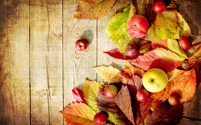 Картинки Листья Осень Яблоки Продукты питания Доски лист Листва осенние Еда Пища
