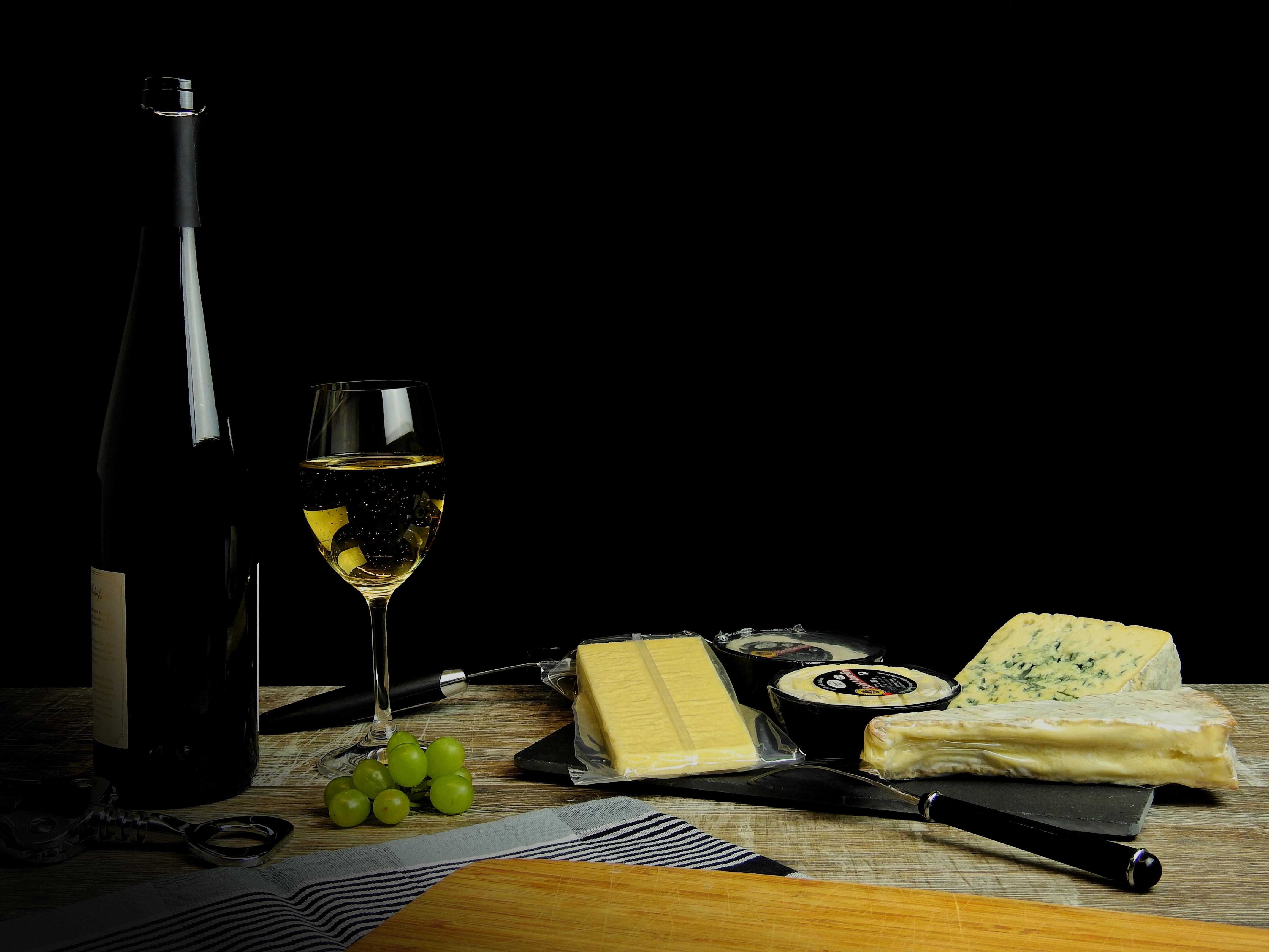 Фото Вино Сыры Виноград Бокалы бутылки Продукты питания на черном фоне Еда Пища бокал Бутылка Черный фон