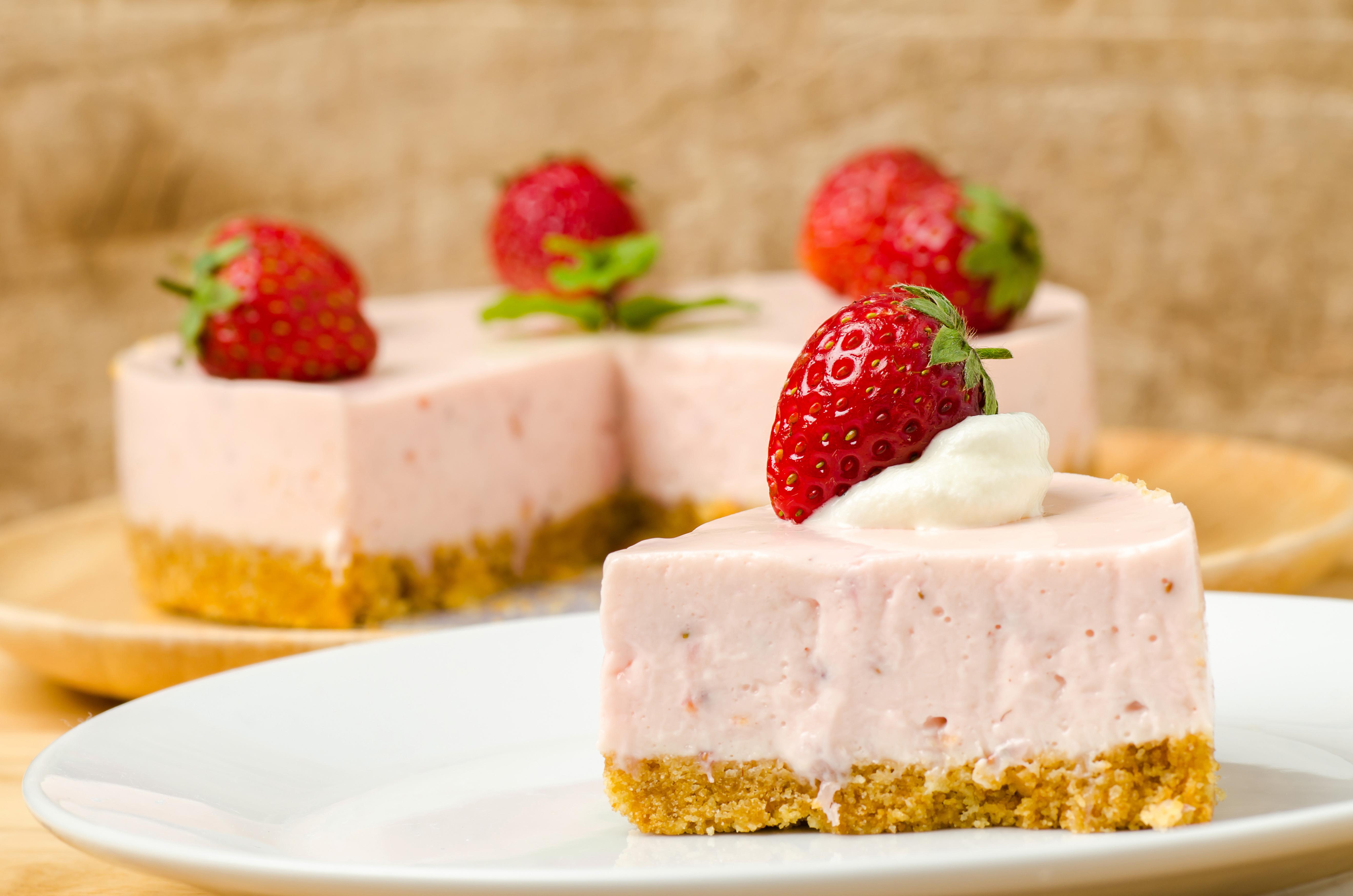 Картинки Торты Кусок Клубника Еда сладкая еда часть кусочки кусочек Пища Продукты питания Сладости