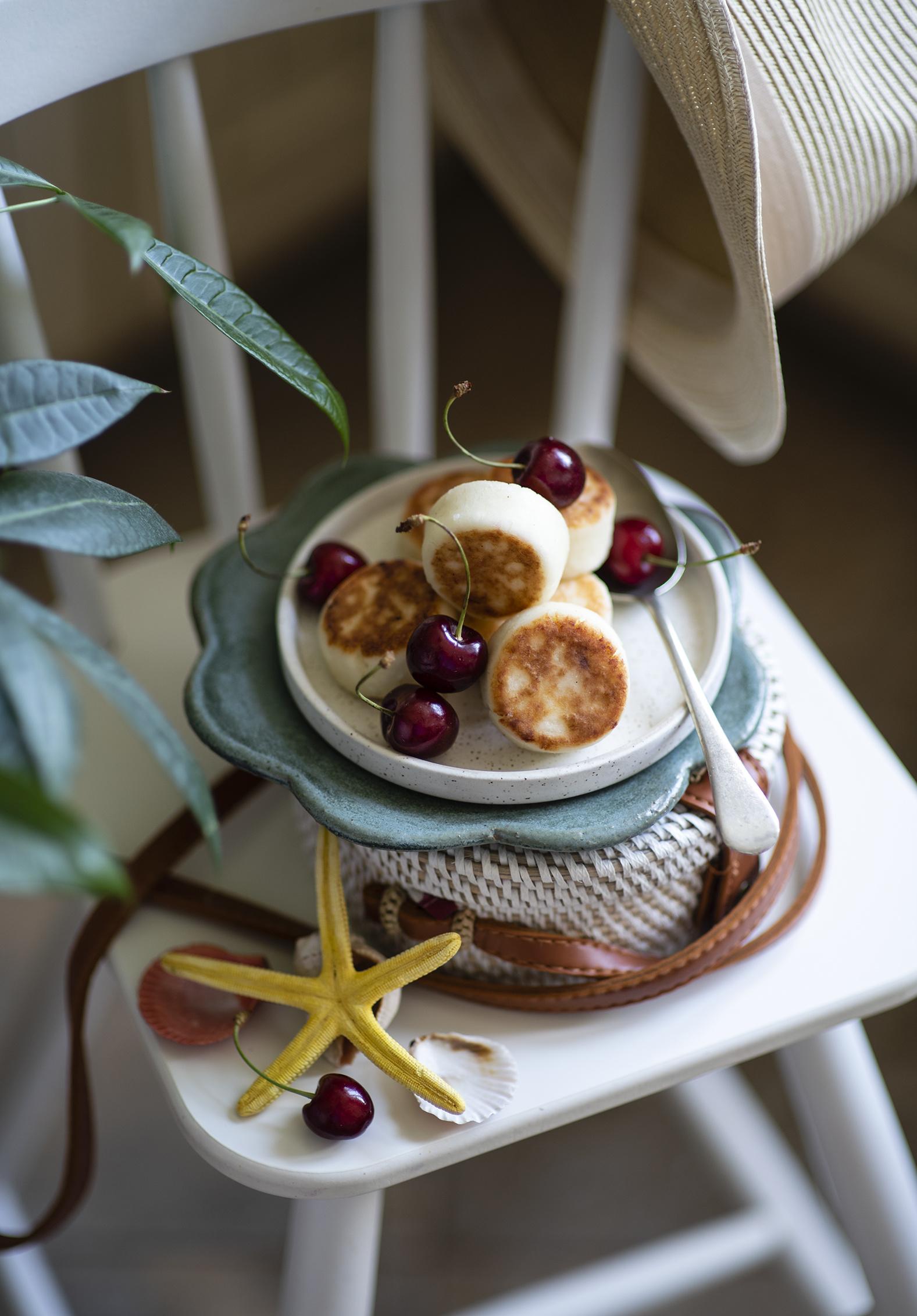 Фотография Блины Вишня Еда стул тарелке  для мобильного телефона Черешня Пища Стулья Тарелка Продукты питания