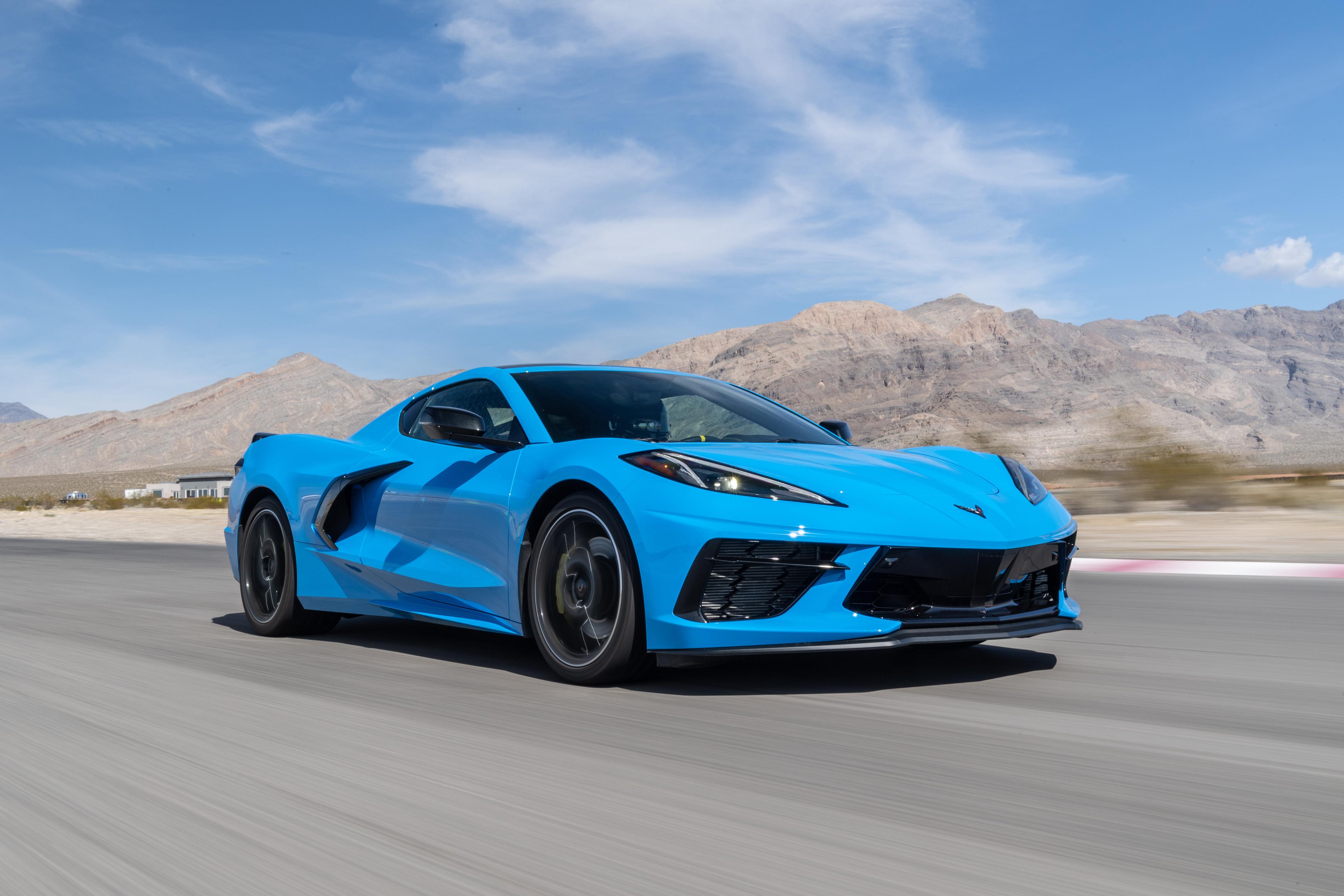 Картинки Chevrolet 2020 Corvette Stingray Z51 голубая едет авто Шевроле Голубой голубые голубых едущий едущая скорость Движение машина машины Автомобили автомобиль