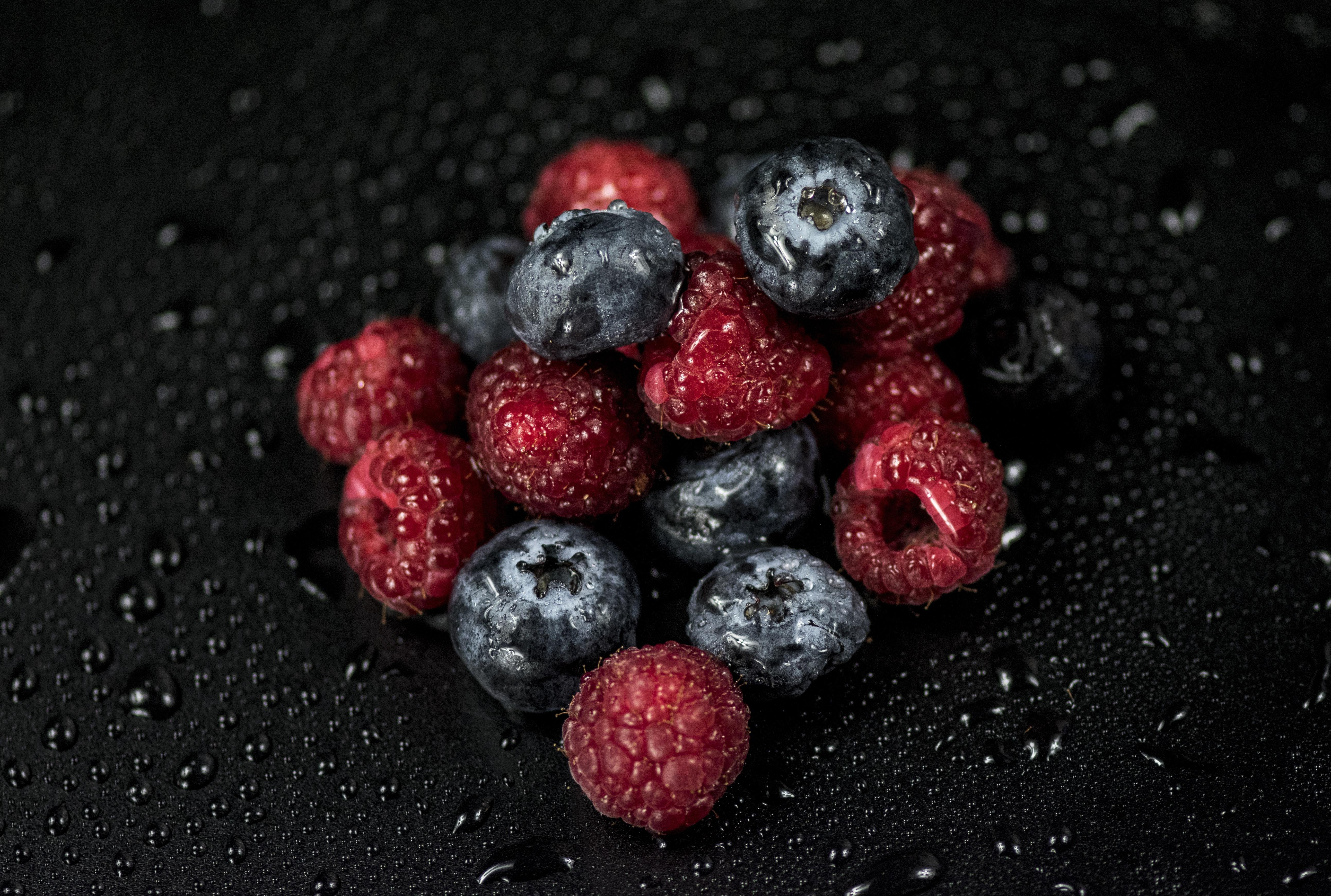 Обои для рабочего стола Капли Малина Черника Ягоды Продукты питания капля капель капельки Еда Пища