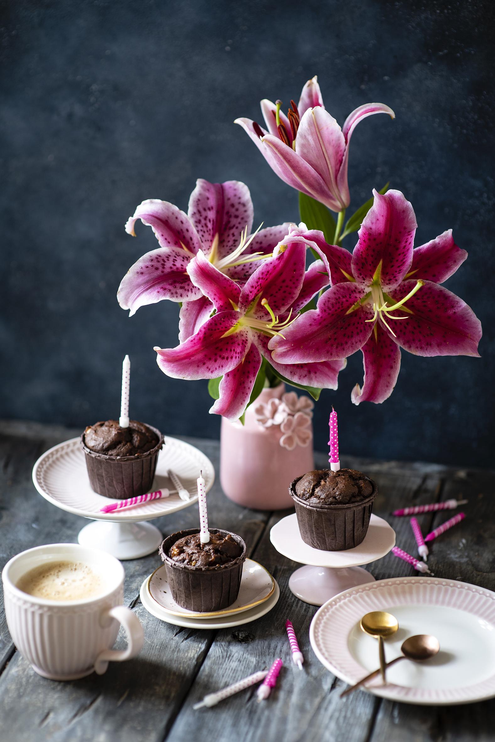 Фото Кофе Лилии Капучино Капкейк кекс цветок Еда вазе чашке Свечи Тарелка лилия Цветы Ваза вазы Пища Чашка тарелке Продукты питания