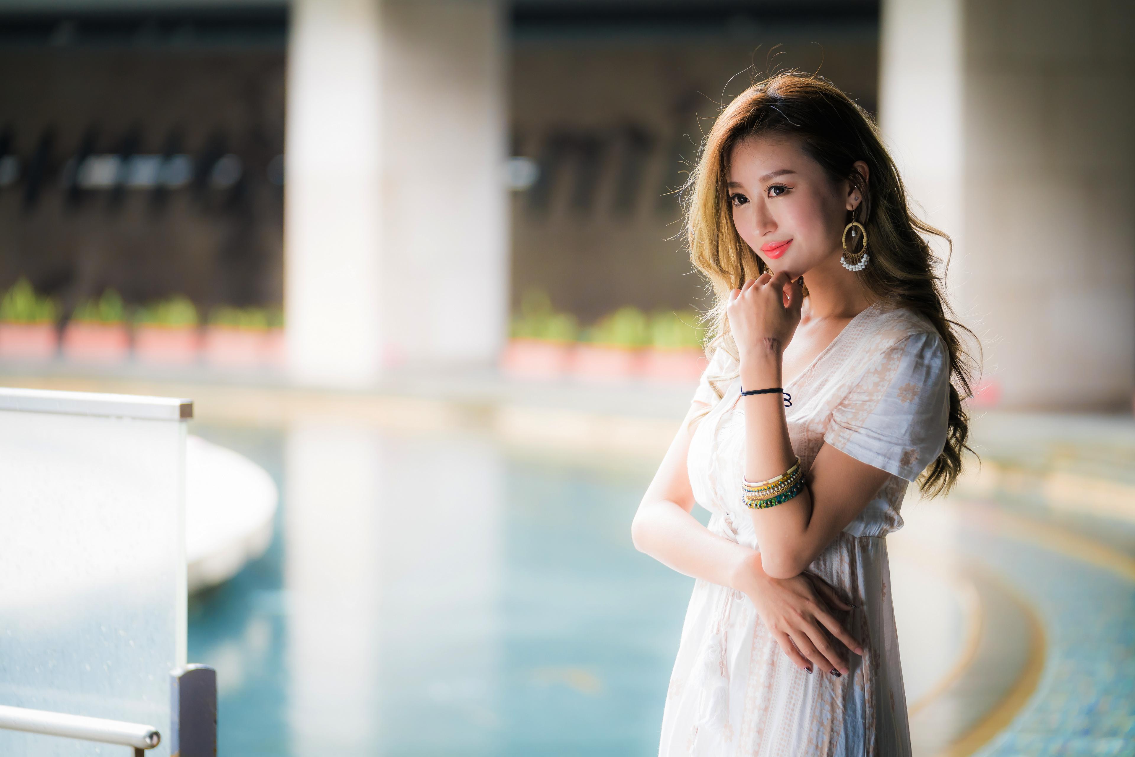 Фото улыбается Размытый фон Девушки азиатки рука Взгляд 3840x2561 Улыбка боке девушка молодая женщина молодые женщины Азиаты азиатка Руки смотрит смотрят