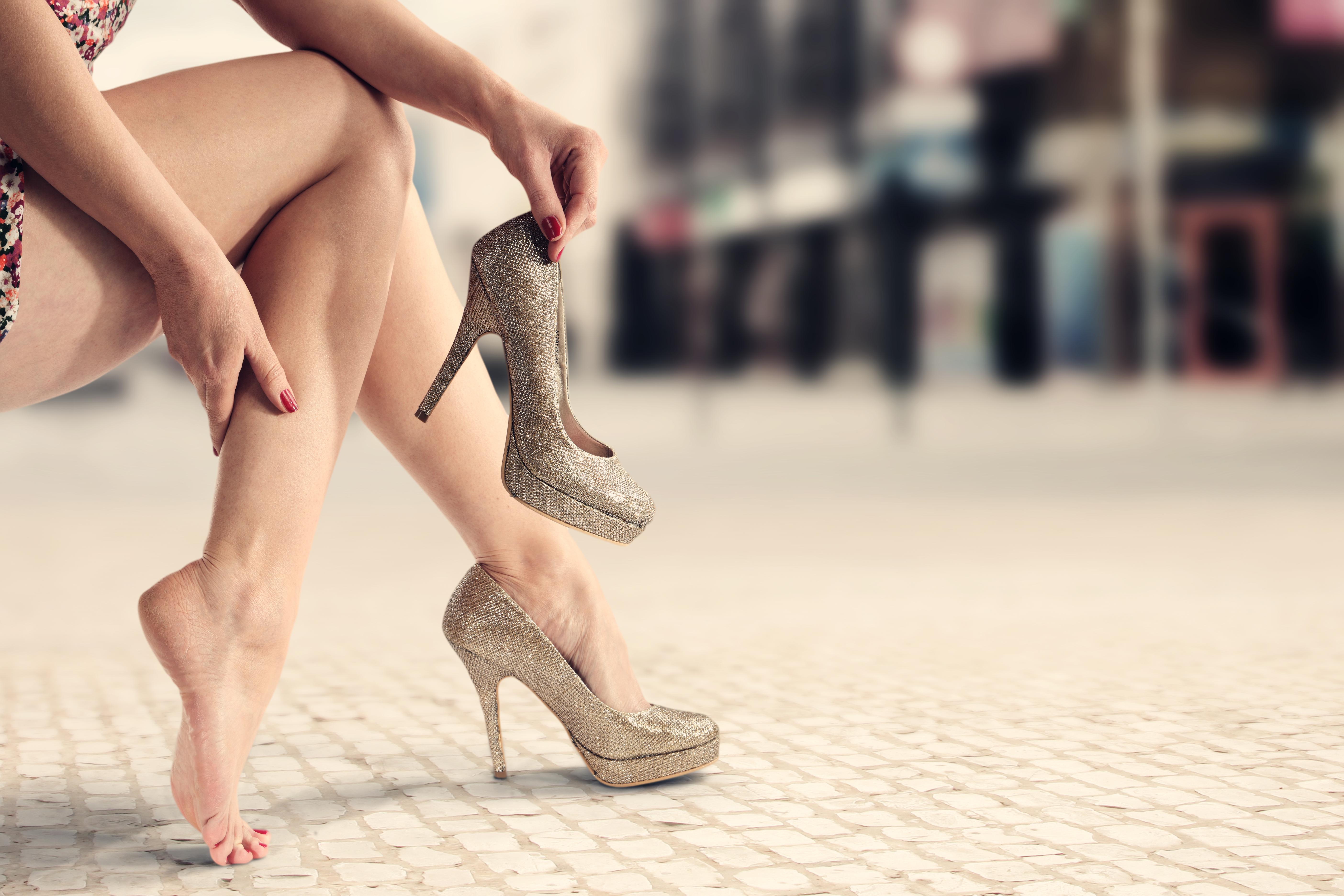 Целовать туфли фото, Целует ножки девушки в туфлях на каблуке 3 фотография