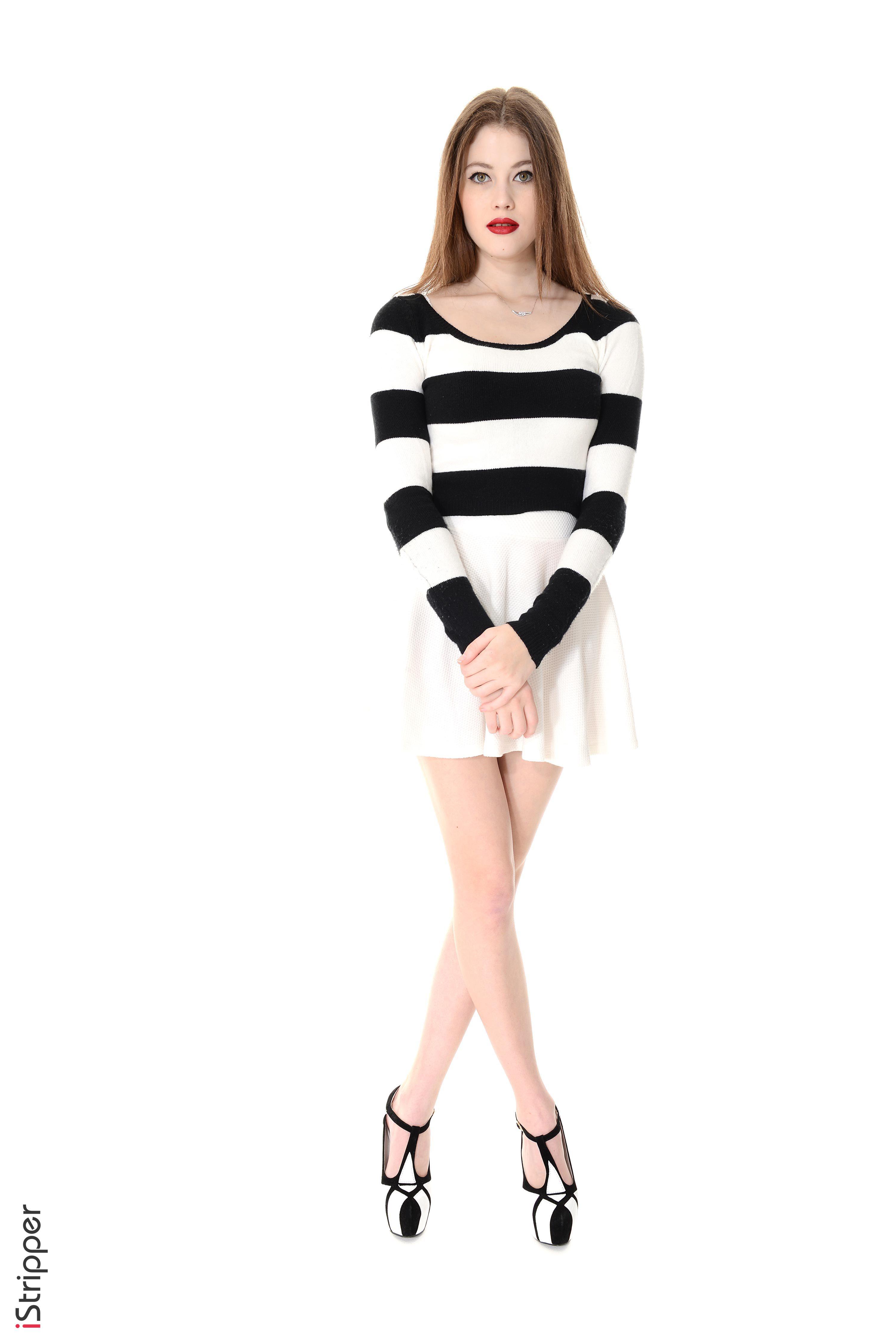 Фотография Heidi Romanova Шатенка iStripper Девушки Ноги полосатая белом фоне платья туфель  для мобильного телефона шатенки девушка молодая женщина молодые женщины ног Полоски полосатый Белый фон белым фоном Платье Туфли туфлях