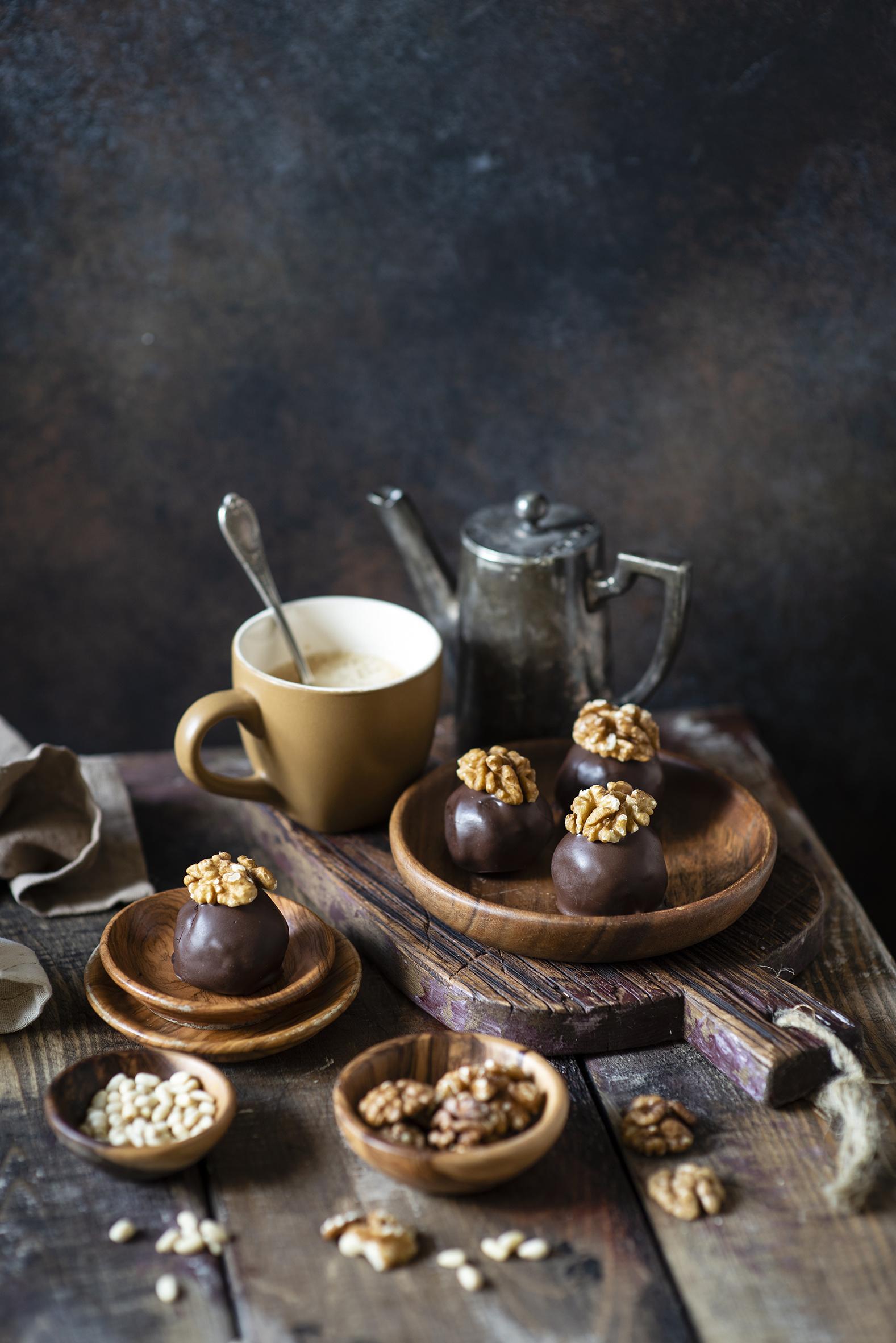 Фото Грецкий орех Шоколад Кофе Конфеты Пища Чашка разделочной доске Орехи Доски  для мобильного телефона Еда чашке Продукты питания Разделочная доска