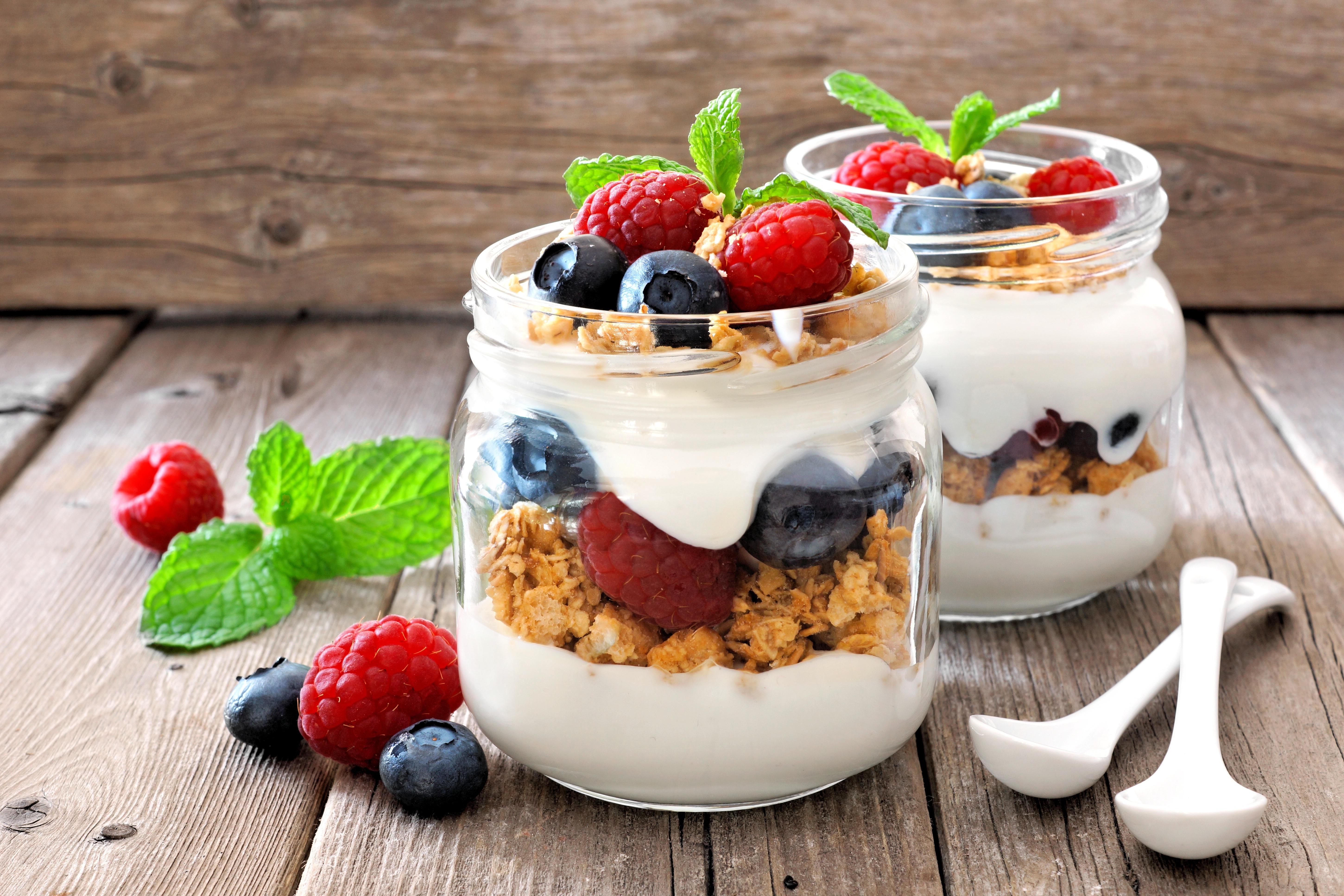 Малина йогурт на доске скачать