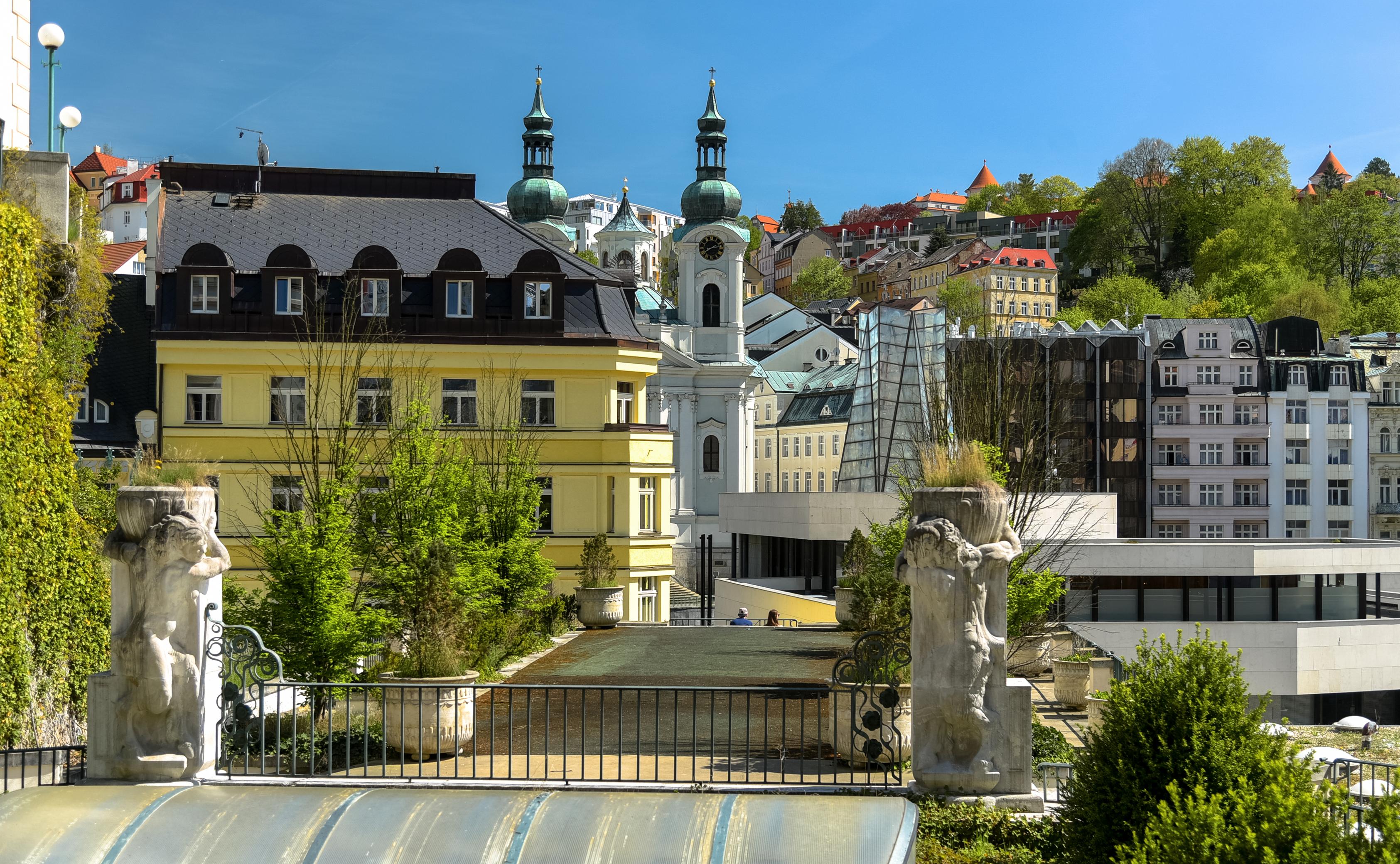 Фотография Чехия Karlovy Vary Забор Здания Города скульптура ограда забора забором Дома город Скульптуры