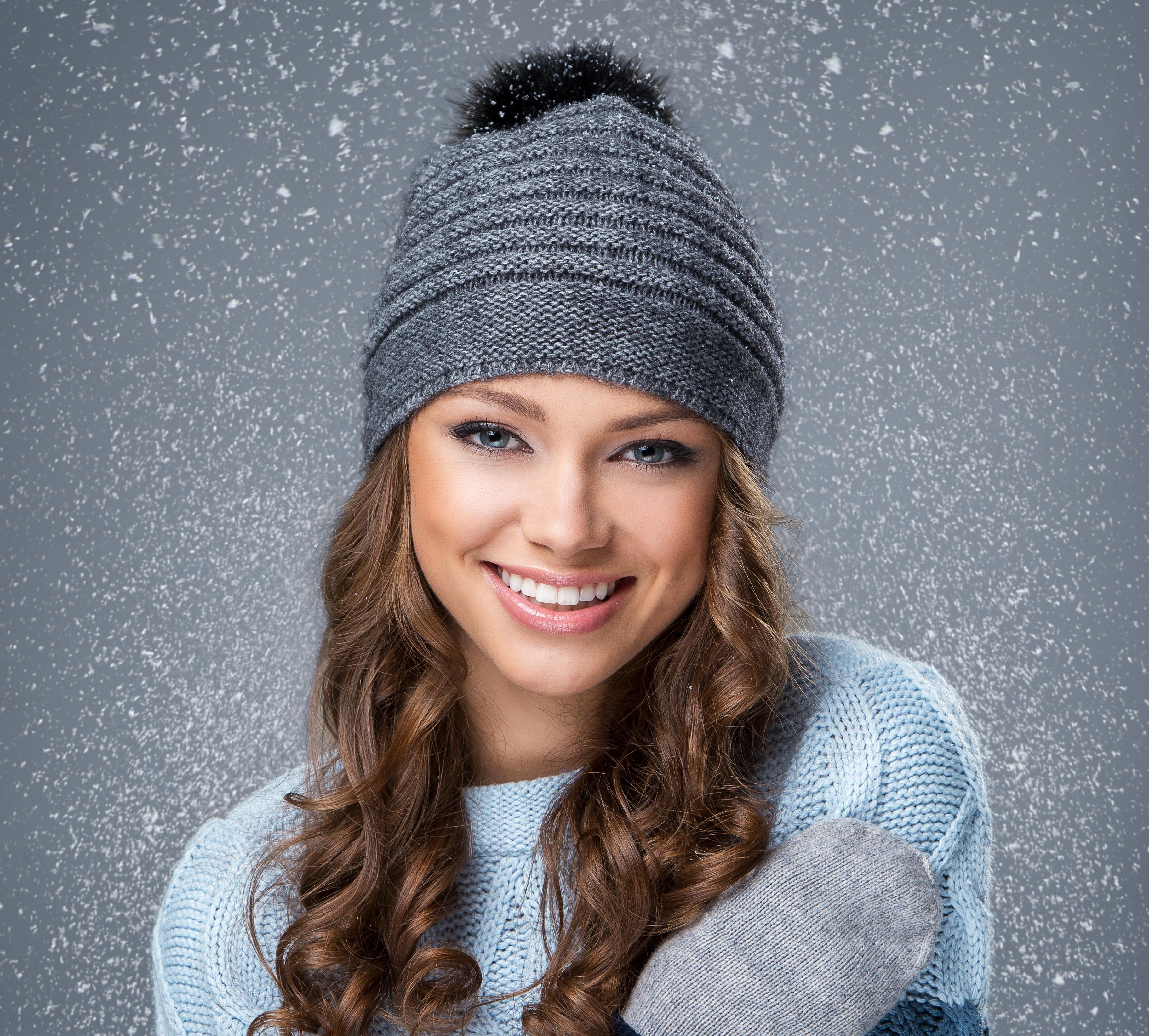 Картинки мейкап улыбается Лицо шапка волос молодая женщина 3648x3290 Макияж Улыбка косметика на лице лица Шапки Волосы в шапке девушка Девушки молодые женщины