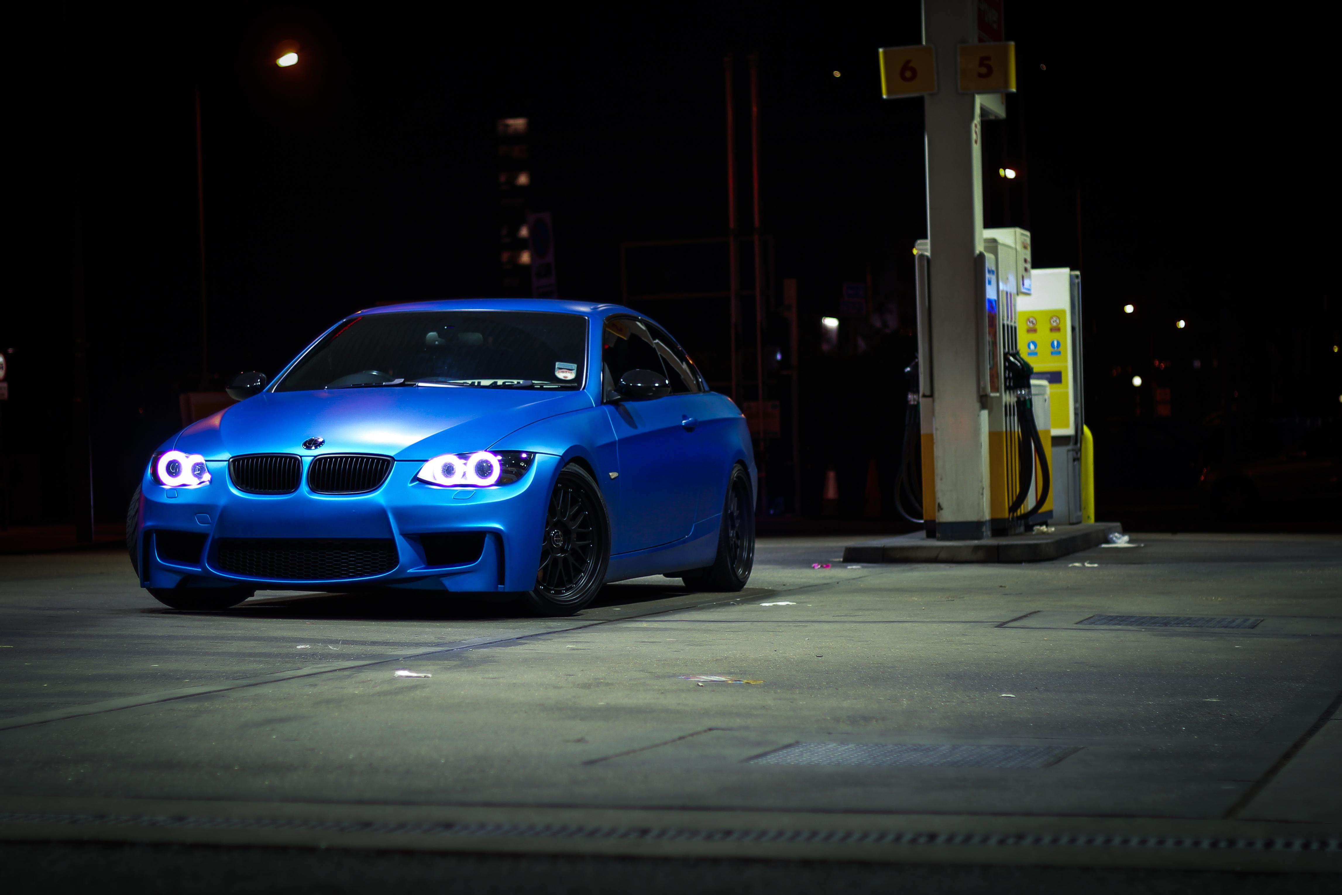 синяя bmw на улочке без смс