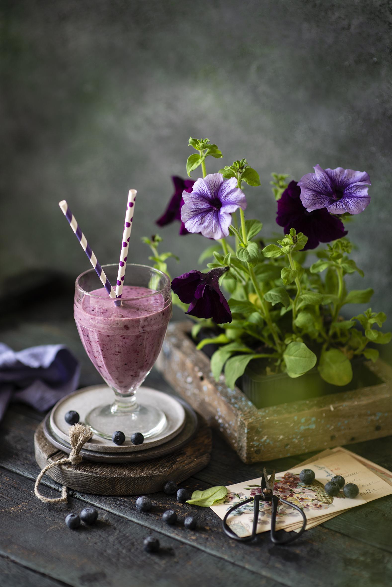 Фото Смузи Цветы Петунья Черника бокал Продукты питания Натюрморт  для мобильного телефона цветок петуния Еда Пища Бокалы