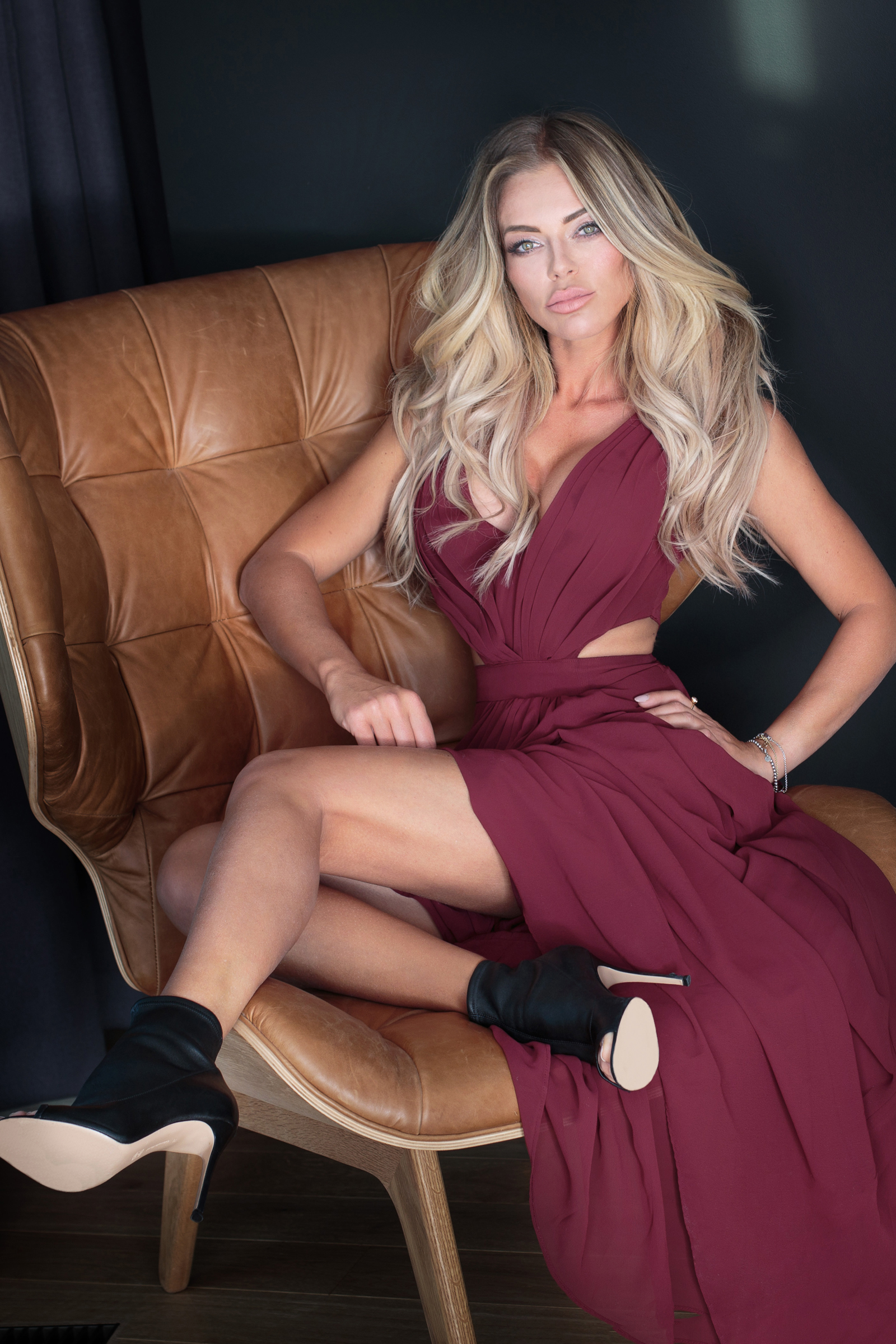 Фотографии блондинки молодые женщины Ноги сидя платья Туфли  для мобильного телефона блондинок Блондинка девушка Девушки молодая женщина ног Сидит сидящие Платье туфлях туфель